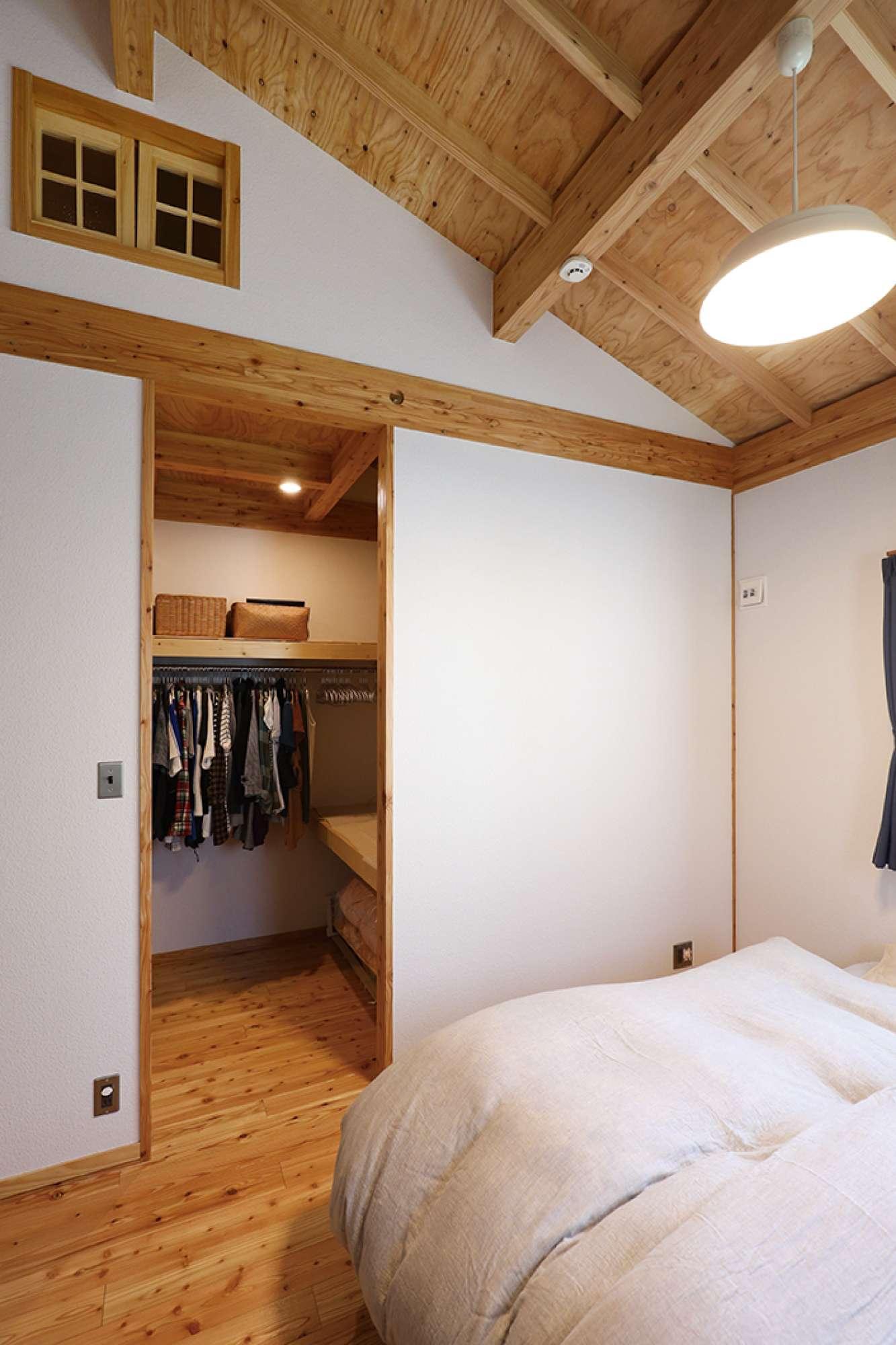 寝室のウォークインクロゼット。その上部がロフト -  -  -