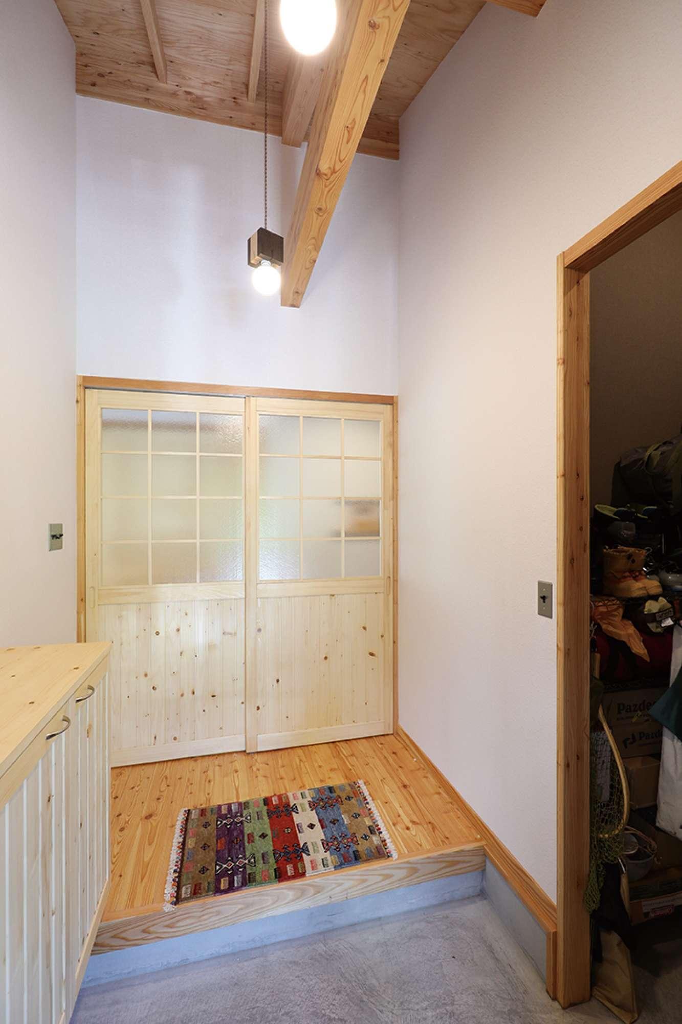 造作引き戸と造作下駄箱を設置した玄関。右手は納戸 -  -  -