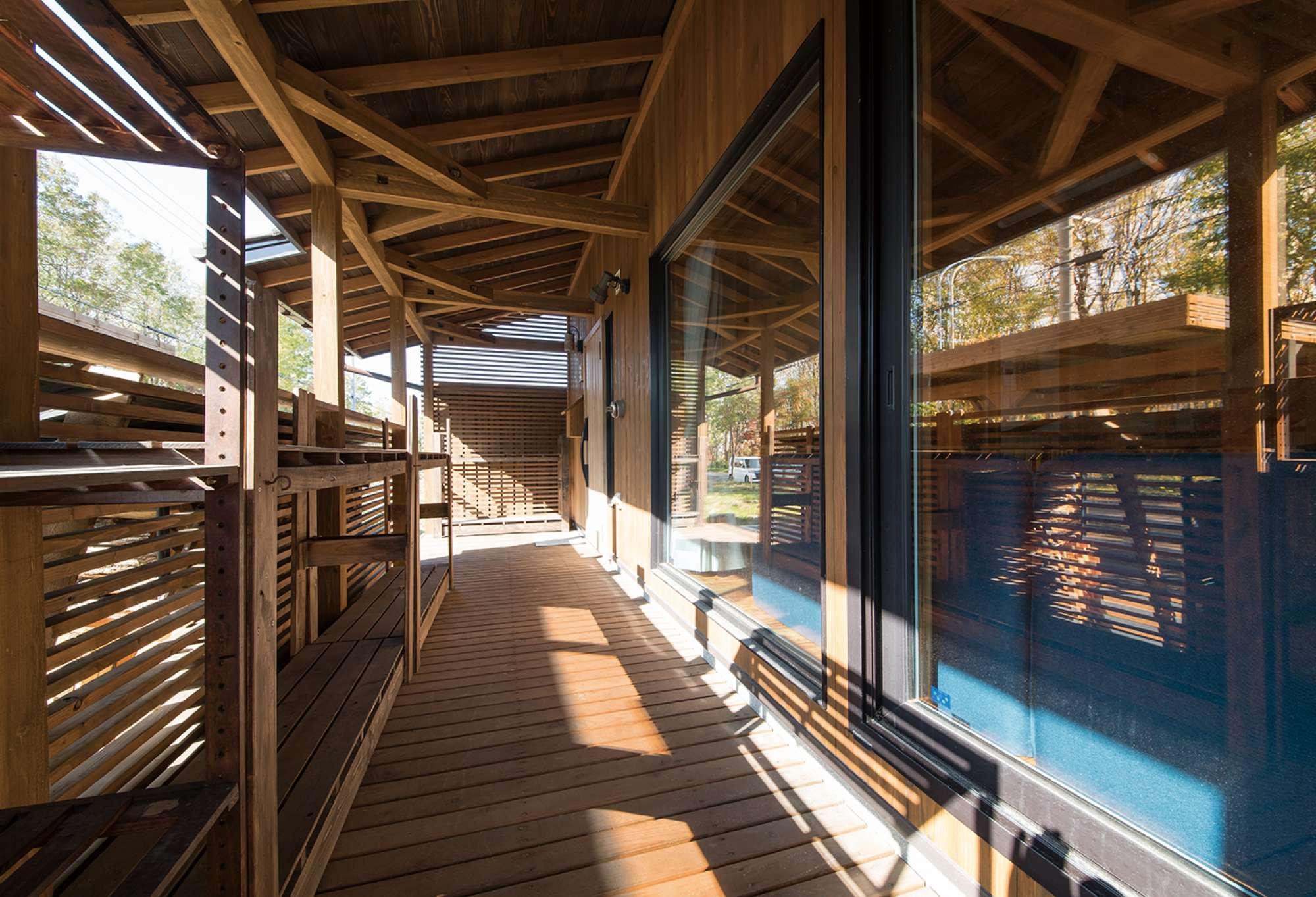 冬は薪を積み、夏はBBQを楽しむ屋根付きウッドデッキの内部 -  -  -