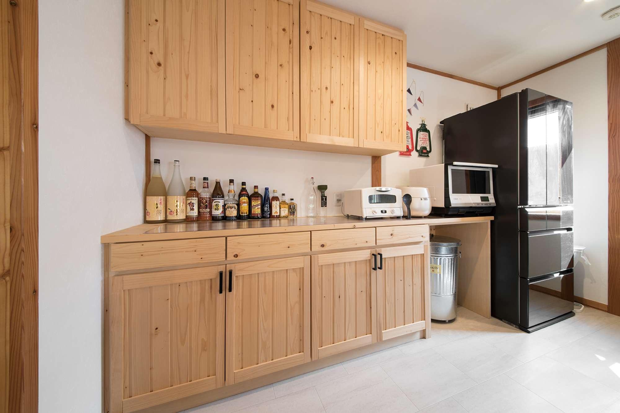 収納量たっぷりな大型サイズの造作オリジナル食器棚 -  -  -
