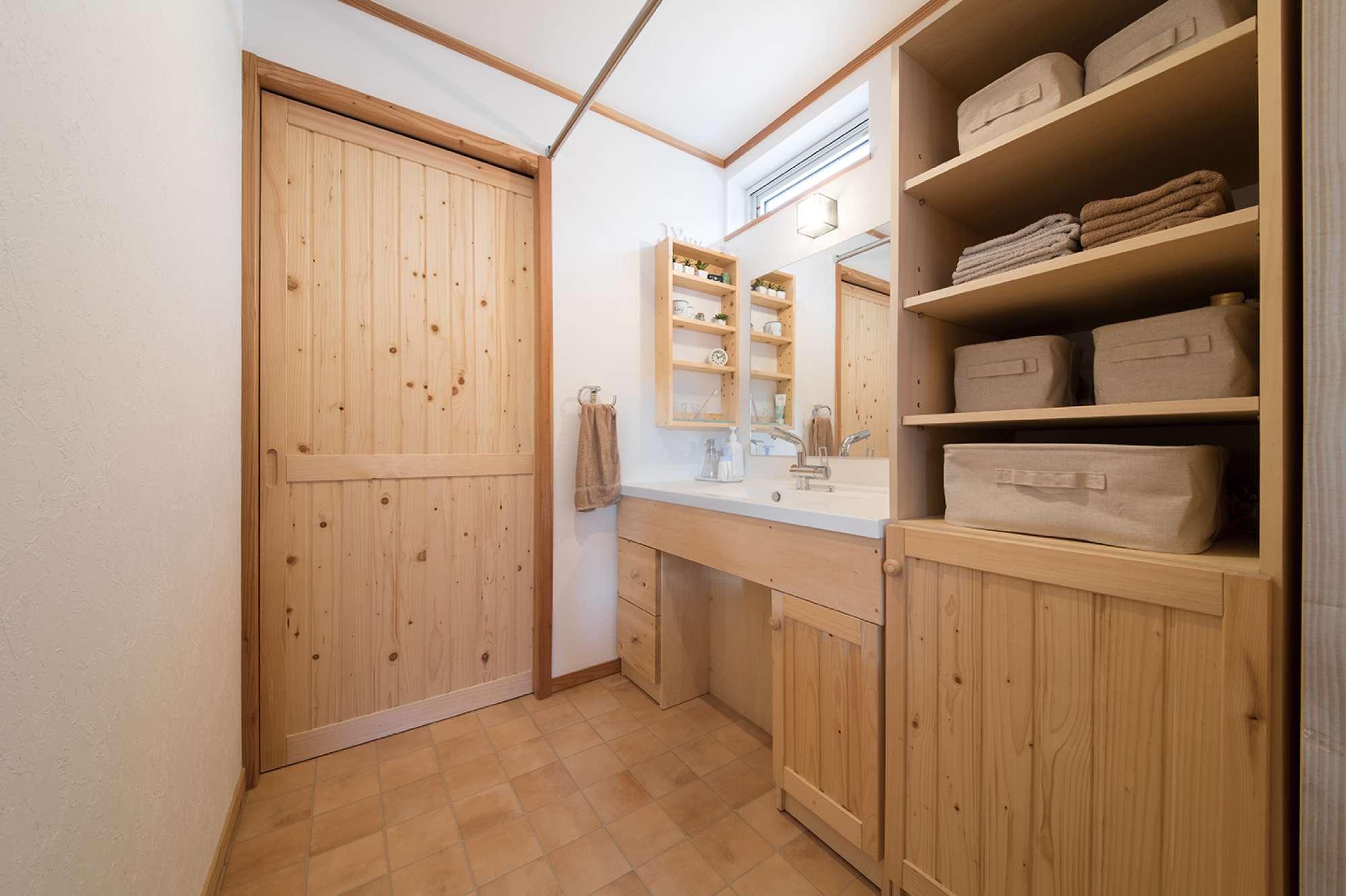木質感あふれる洗面室。建具、洗面化粧台、リネン棚を造作 -  -  -