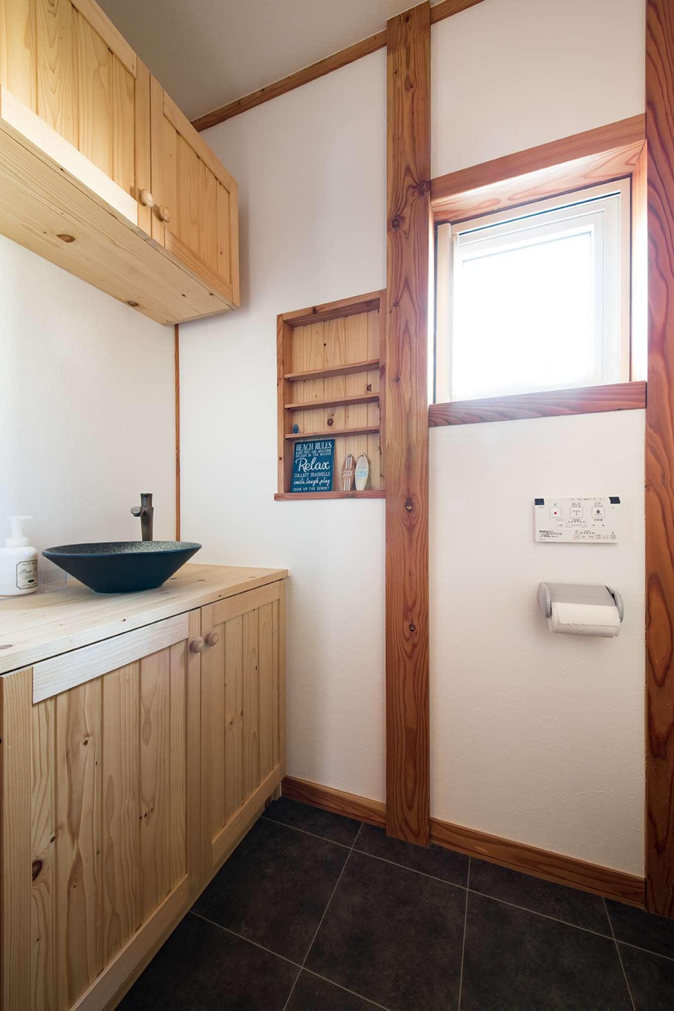 釣り戸棚付きで陶器のボウルを配したトイレの造作手洗い -  -  -