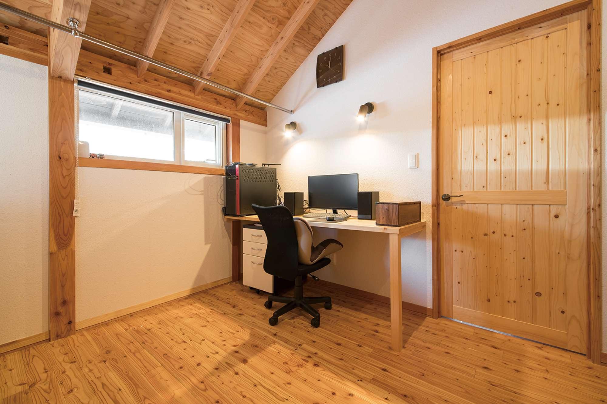2階ご主人の書斎。PC用カウンターと建具を造作 -  -  -