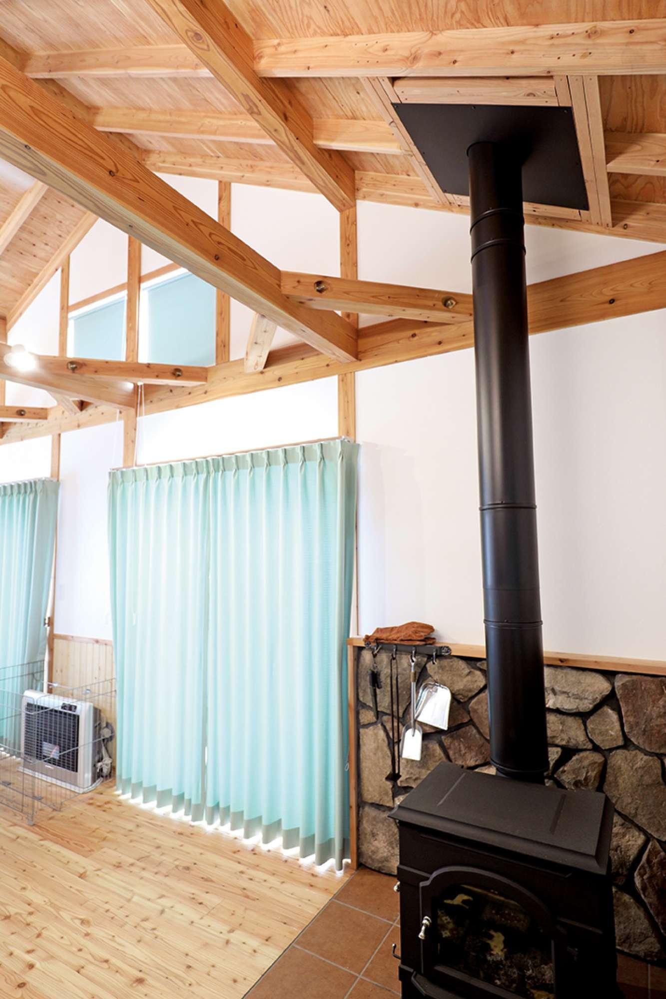 大きな掃き出し窓の上にも窓があり、天井の高さを実感できる -  -  -