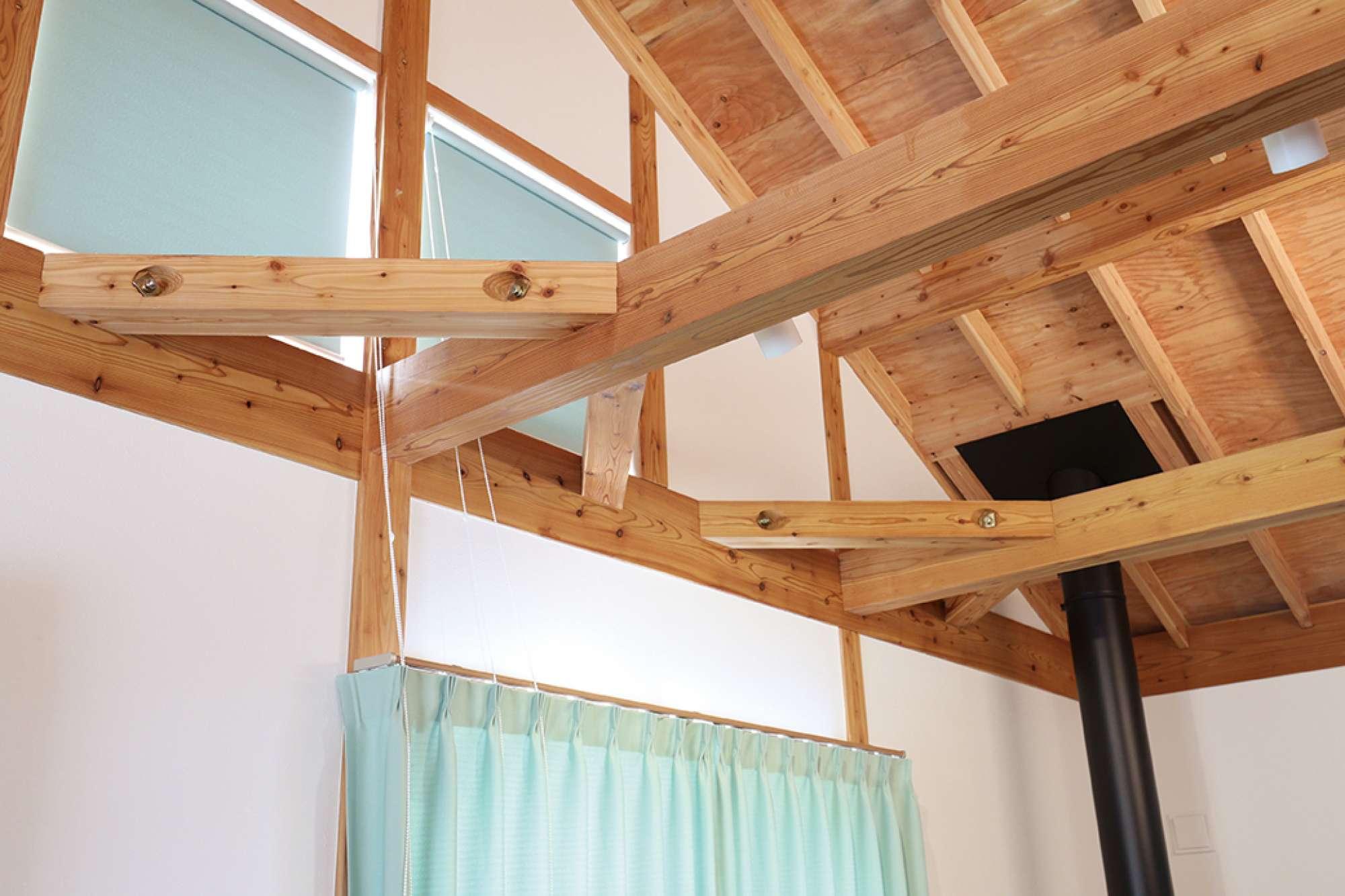 吹抜けのリビング。空間を横切る3本の梁は無垢材を使用 -  -  -