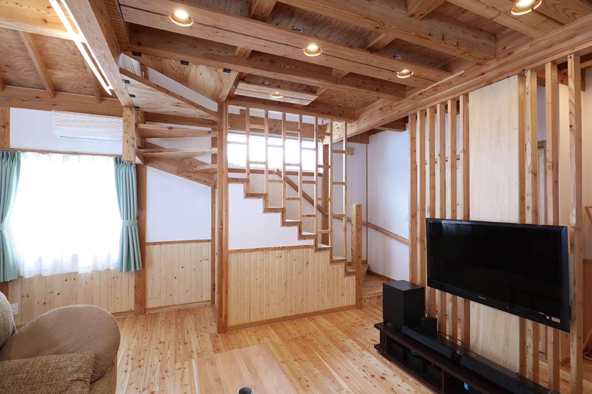階段の手すりにも造作で格子デザインをあしらっている -  -  -