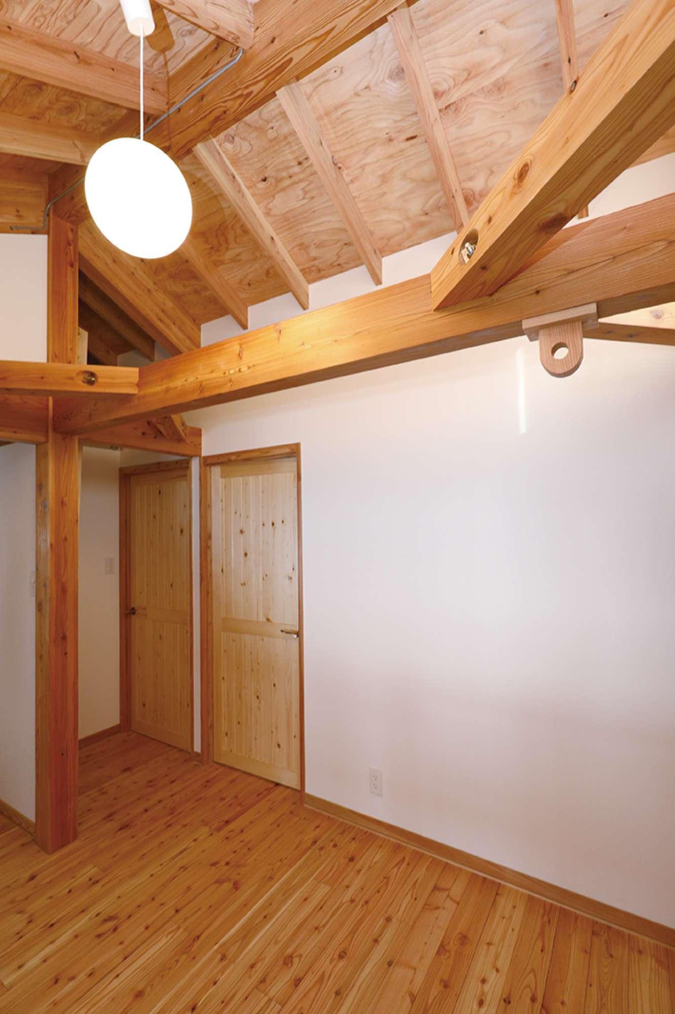 2階ホールの梁にも木目が美しい無垢材を使用 -  -  -