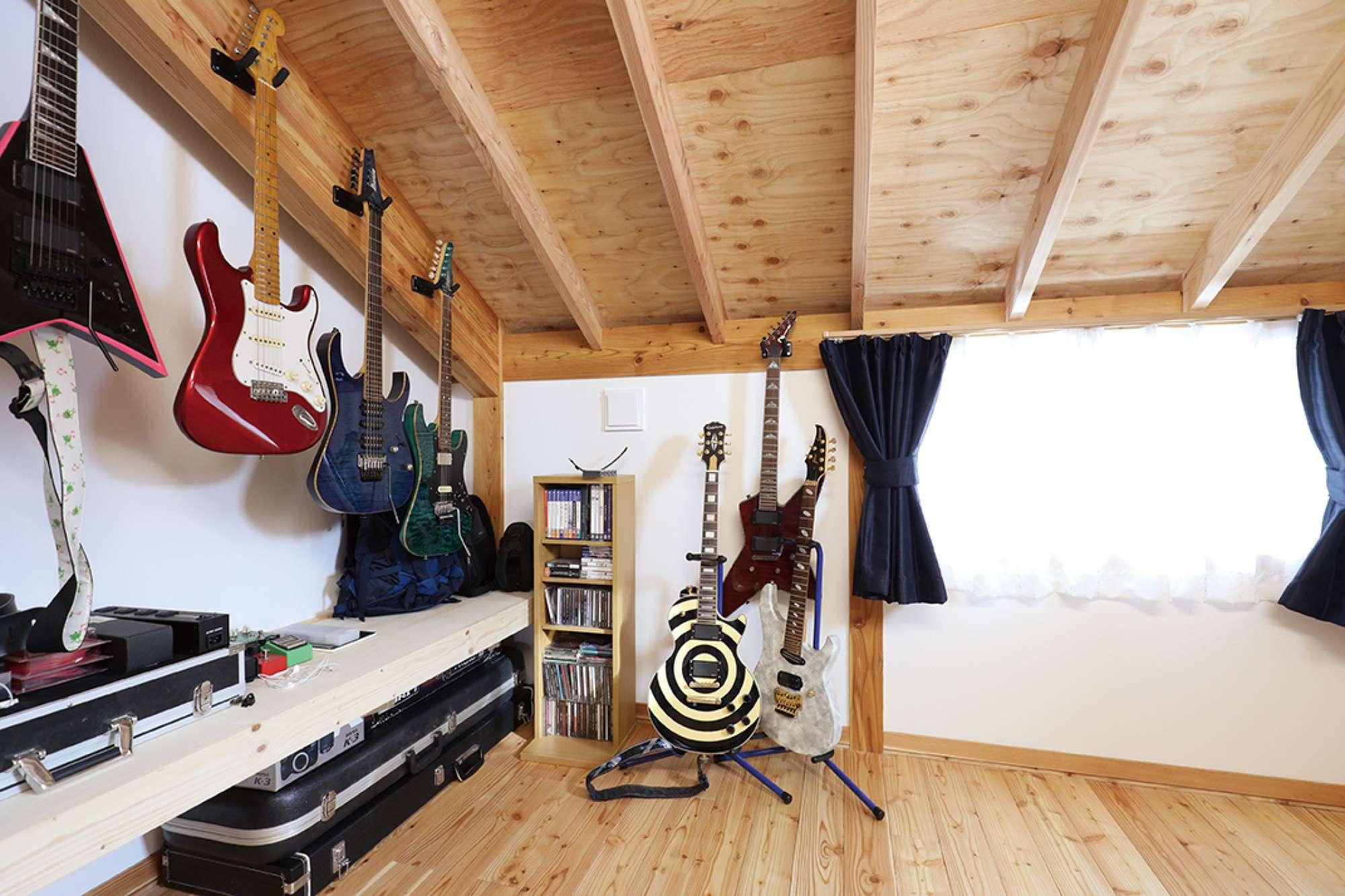 音楽を楽しむ2階の趣味の部屋。 造作棚の上にギターがずらり -  -  -