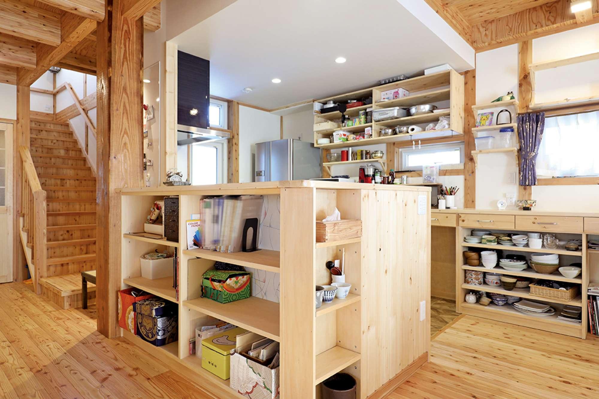 大黒柱の手前に、キッチン裏収納棚をL字型で造作 -  -  -