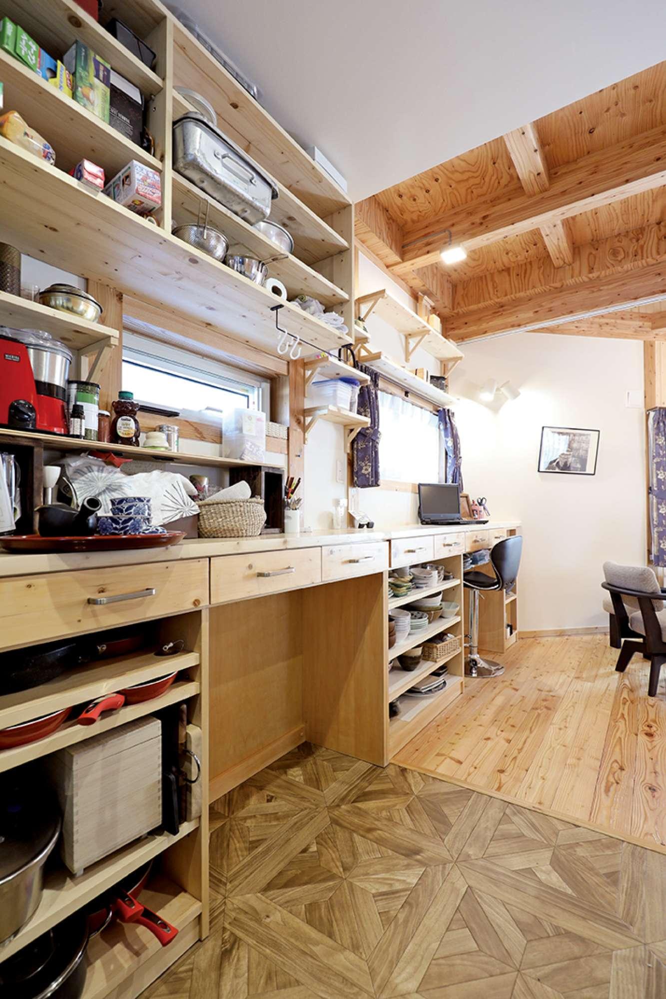 キッチンにロングサイズの食器棚収納付きカウンターを造作 -  -  -