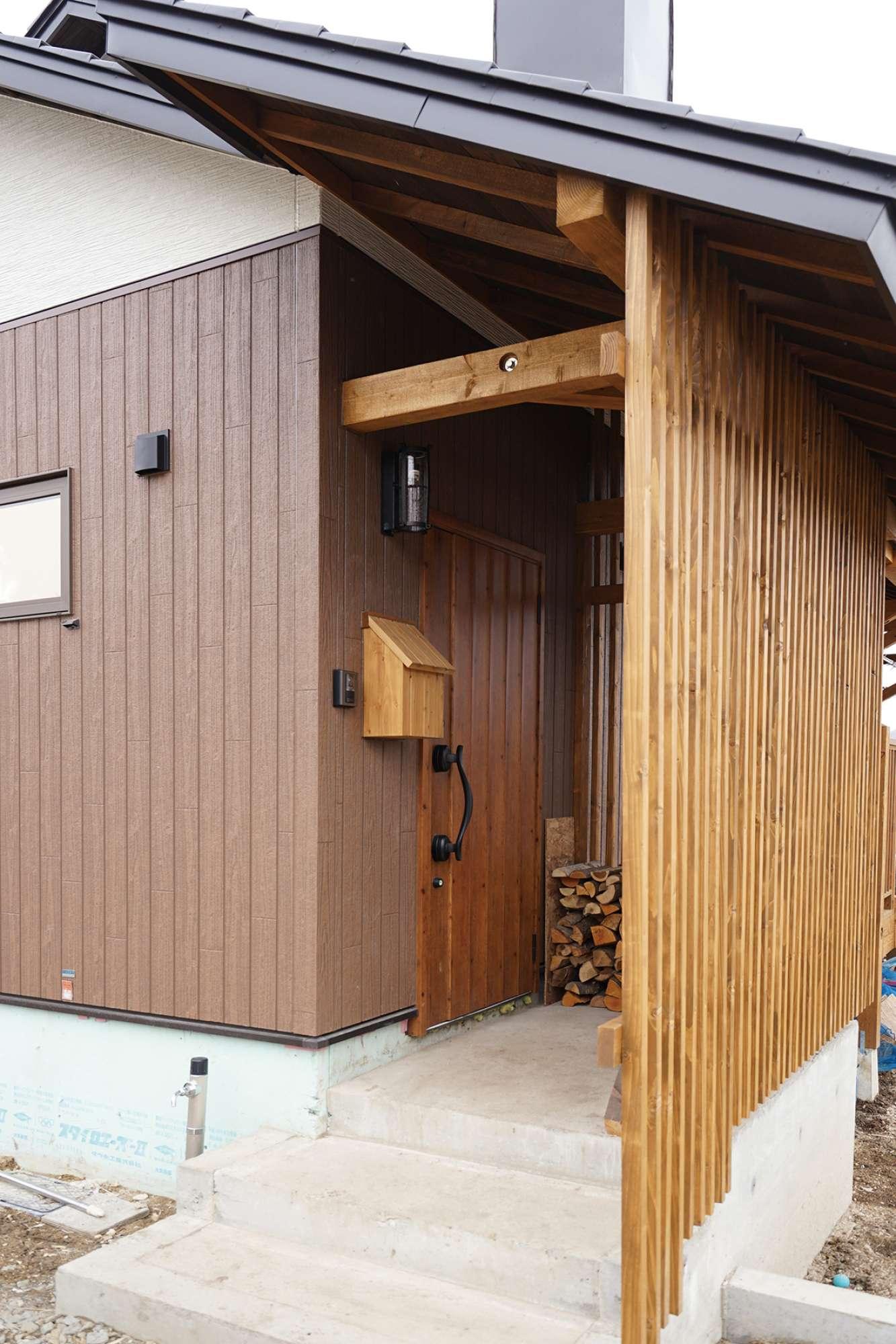 玄関ポーチ。木製縦格子ルーバーを設置 -  -  -
