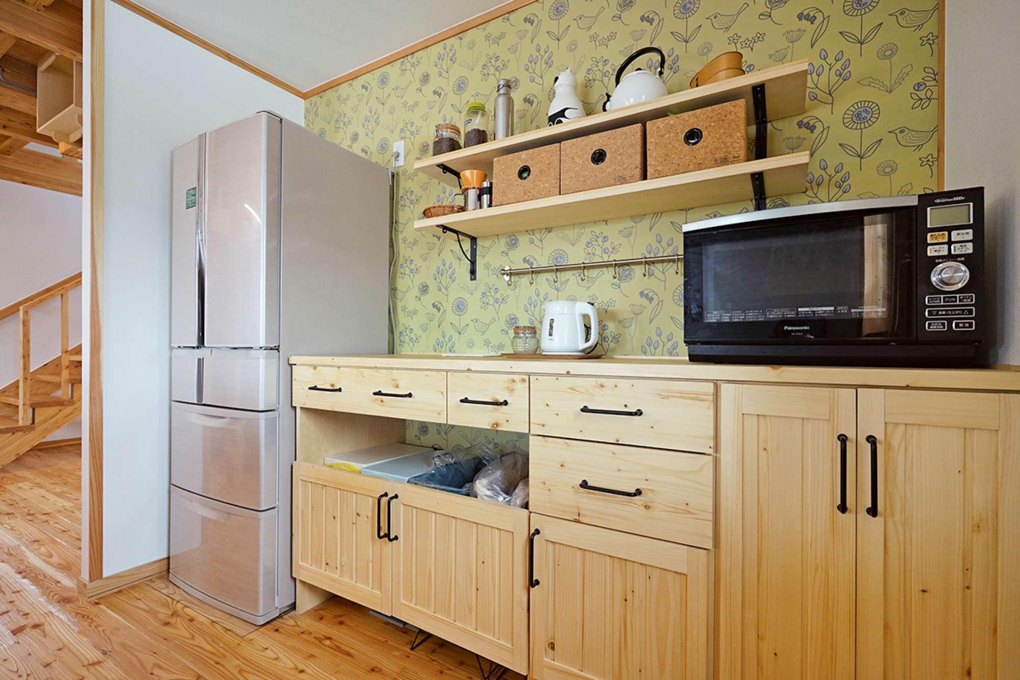 キッチンに造作食器棚。飾り棚やクロスで北欧調のコーディネート -  -  -