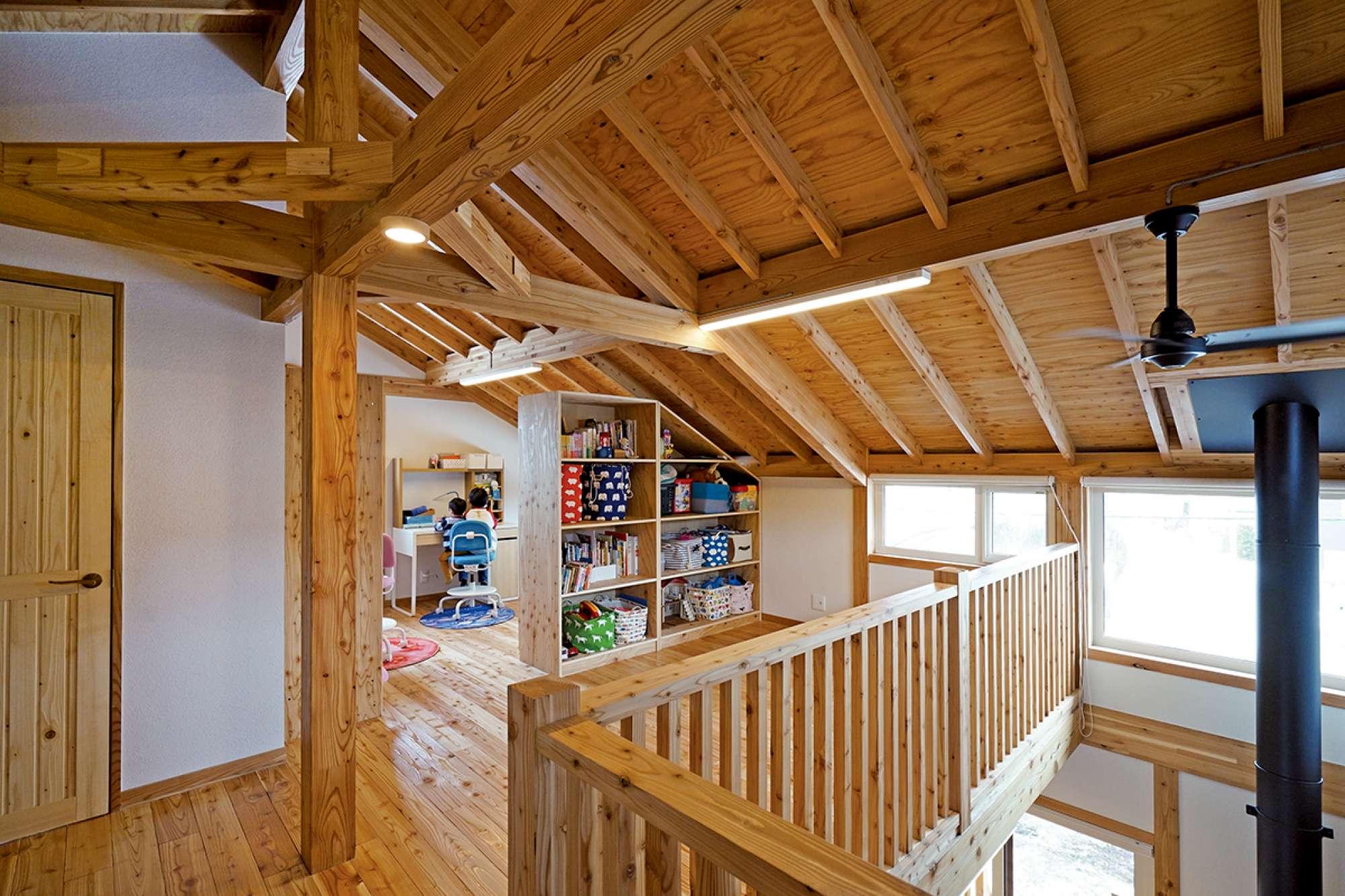 屋根の傾斜に合わせて造作したフリールームの移動式収納棚 -  -  -