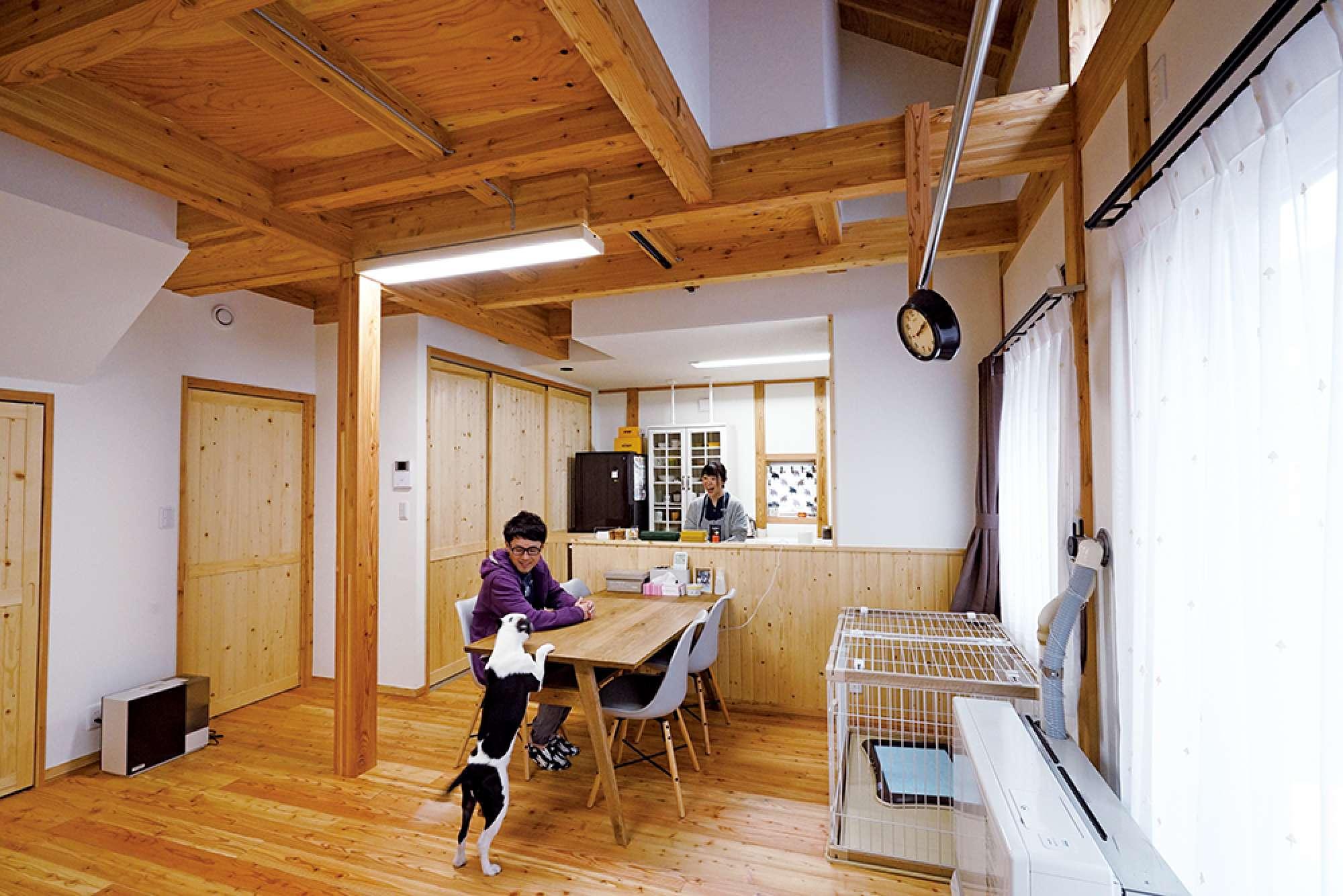 1階はLDKと水回り。木の温もり漂う室内で愛犬も元気いっぱい -  -  -