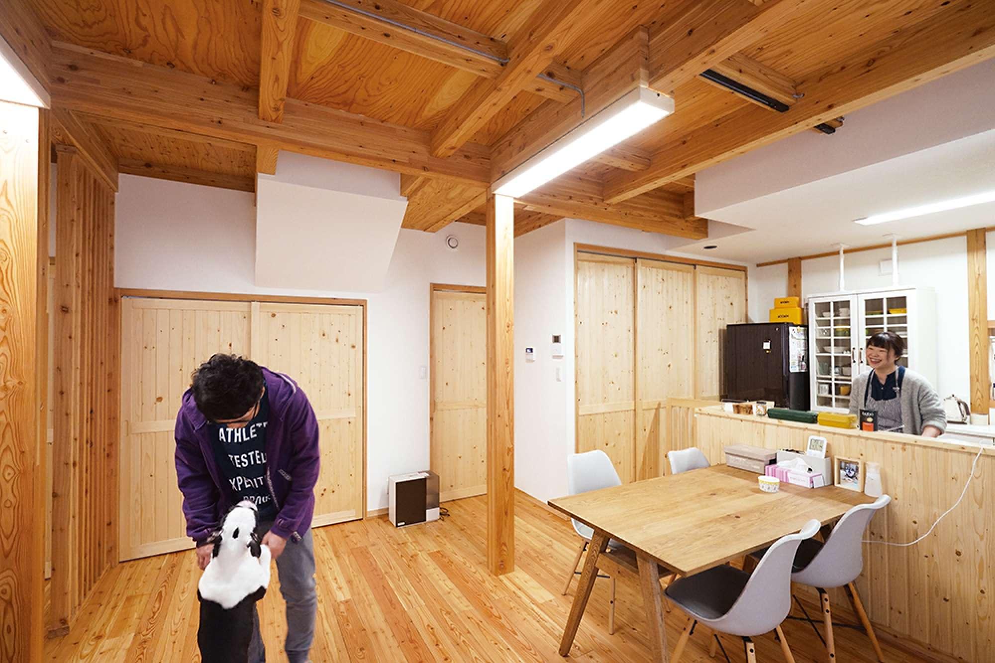浮造りの床に表し天井。キッチンに羽目板、建具は全て造作 -  -  -