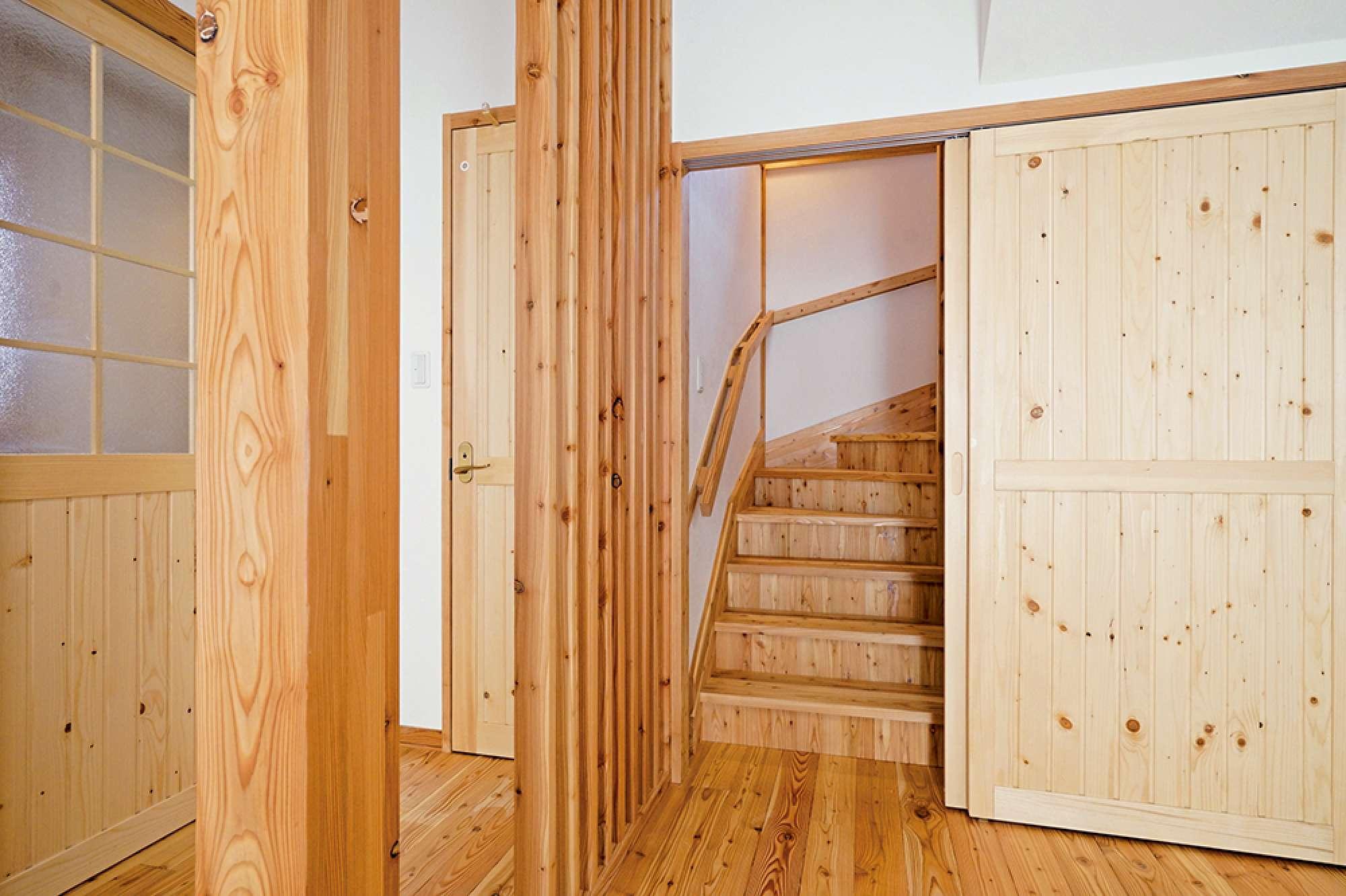 引き戸を開けると階段。縦格子ルーバーはトイレ扉の目隠し効果も -  -  -