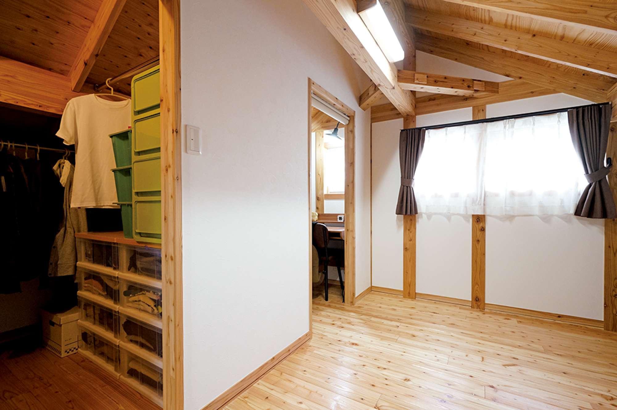 2階の寝室。手前はウォークインクロゼット、窓側は奥様の書斎 -  -  -
