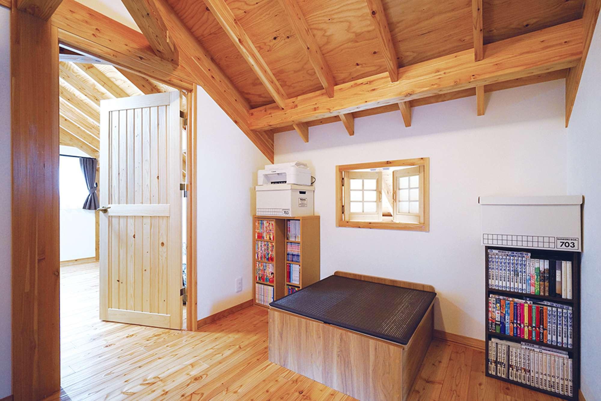 ホール。吹抜けに面して観音開きの小窓、ゆったりとした設計 -  -  -