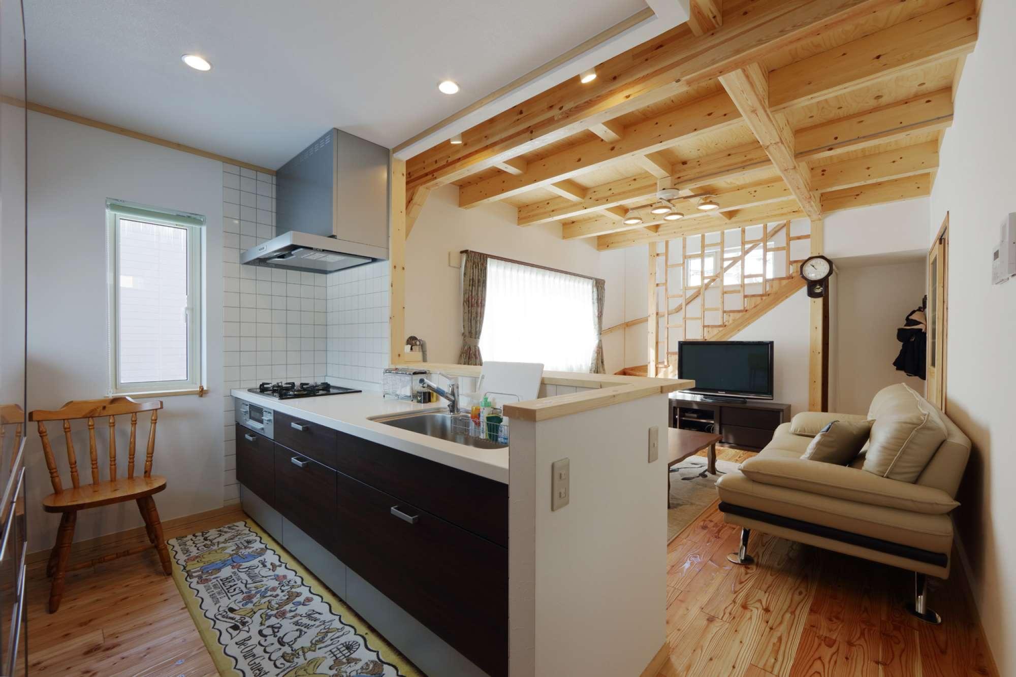 キッチンに立つと、天井に木の温もりが広がります -  -  -