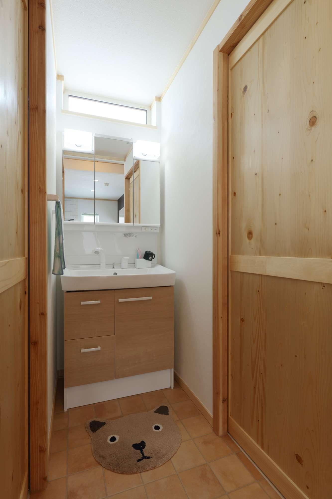 スペースにぴったりと収まる洗面台、鏡の裏にも収納がついています -  -  -