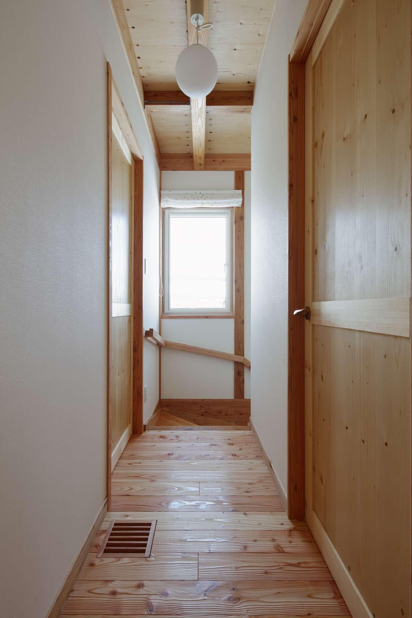 木のドアが並ぶ2階のホールは、コテージのような雰囲気 -  -  -