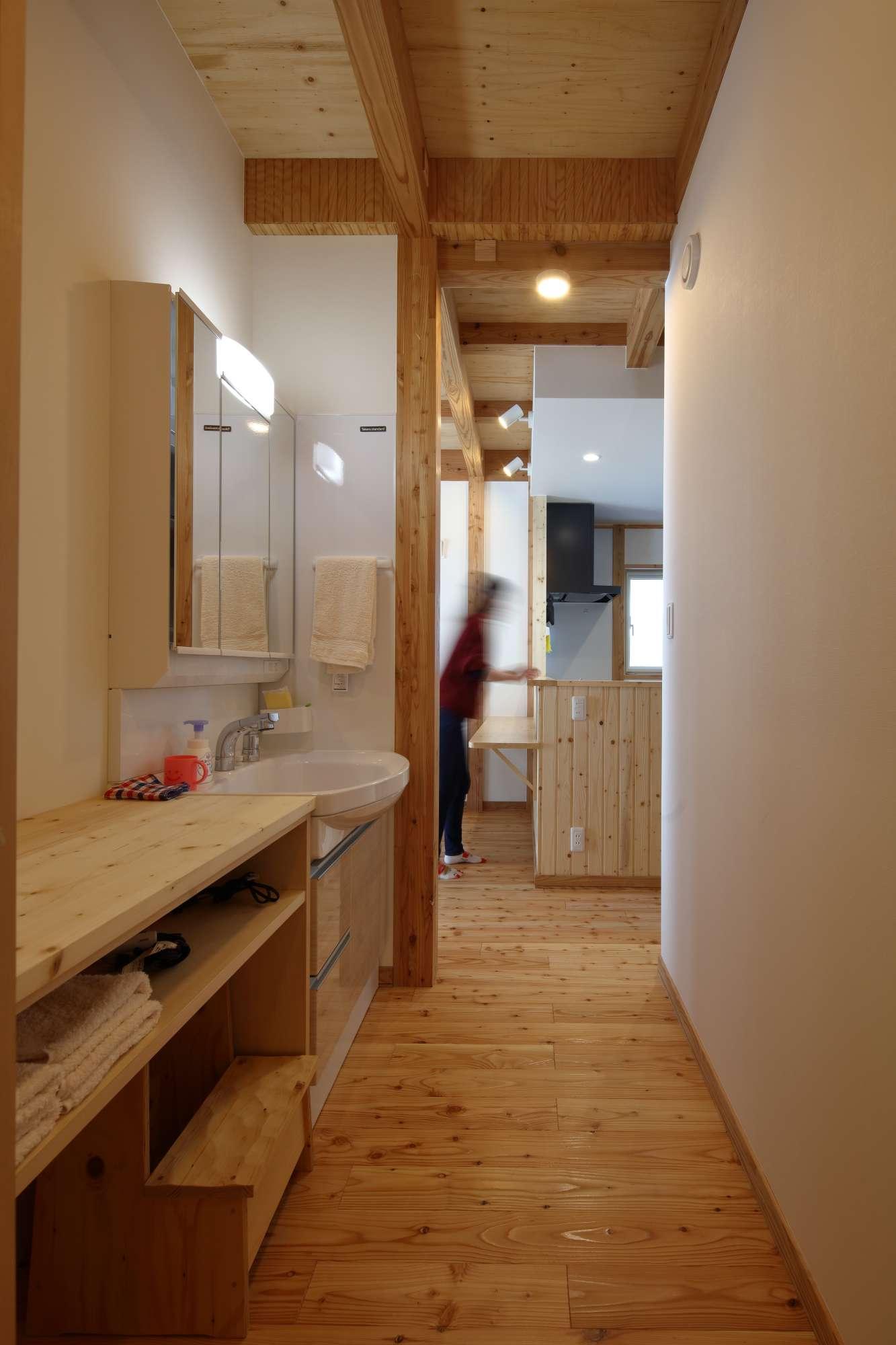 洗面室の家事カウンターは、洗濯物の整理に大活躍 -  -  -