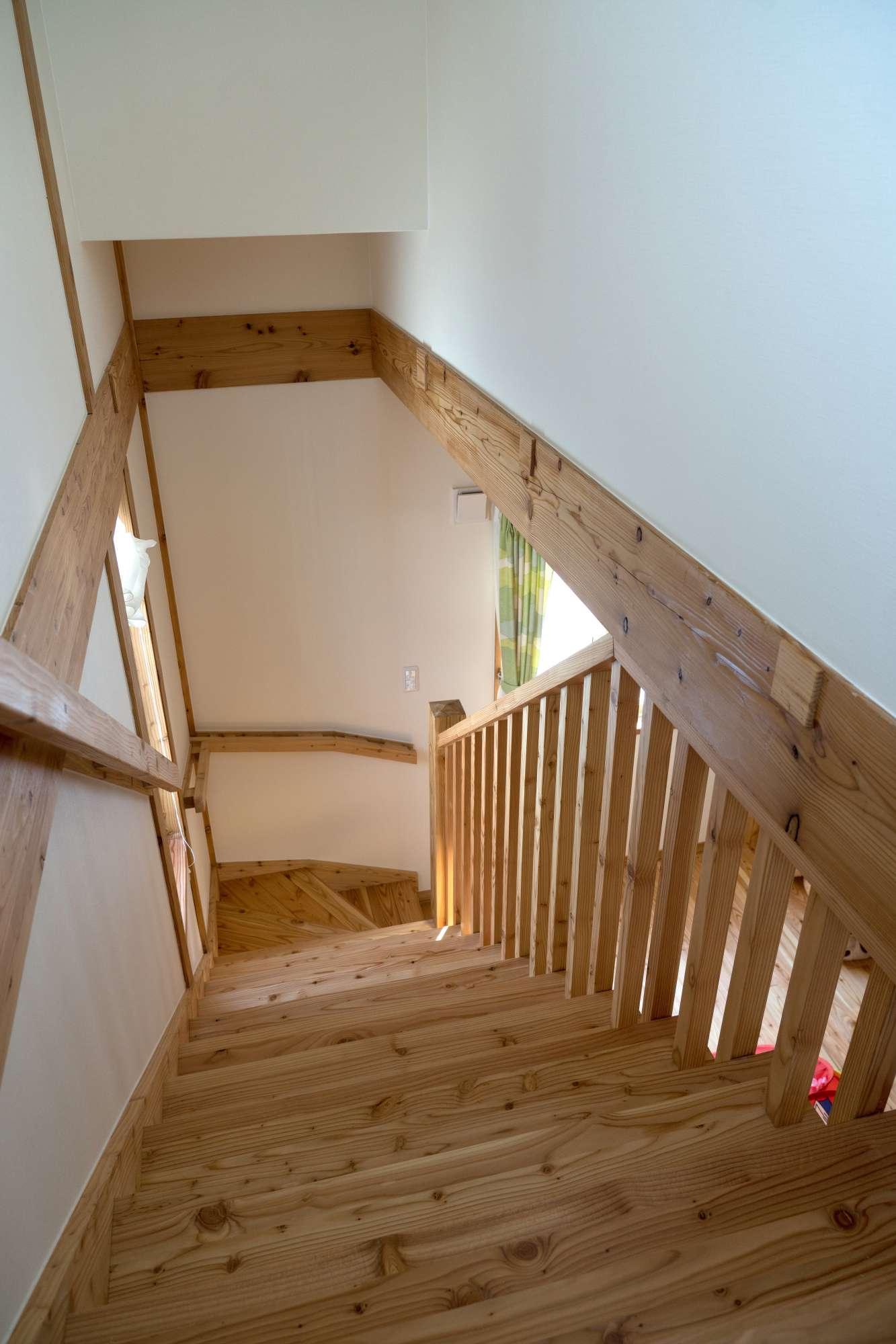 格子の階段が、家族の気配を伝えます -  -  -