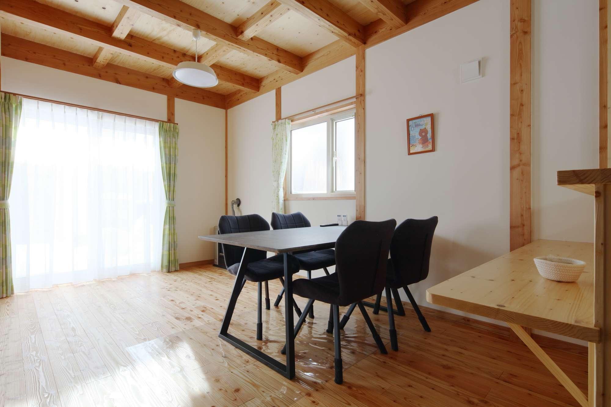 家具を置いてもゆとりの動線で、大人数で集まれるダイニングスペース -  -  -