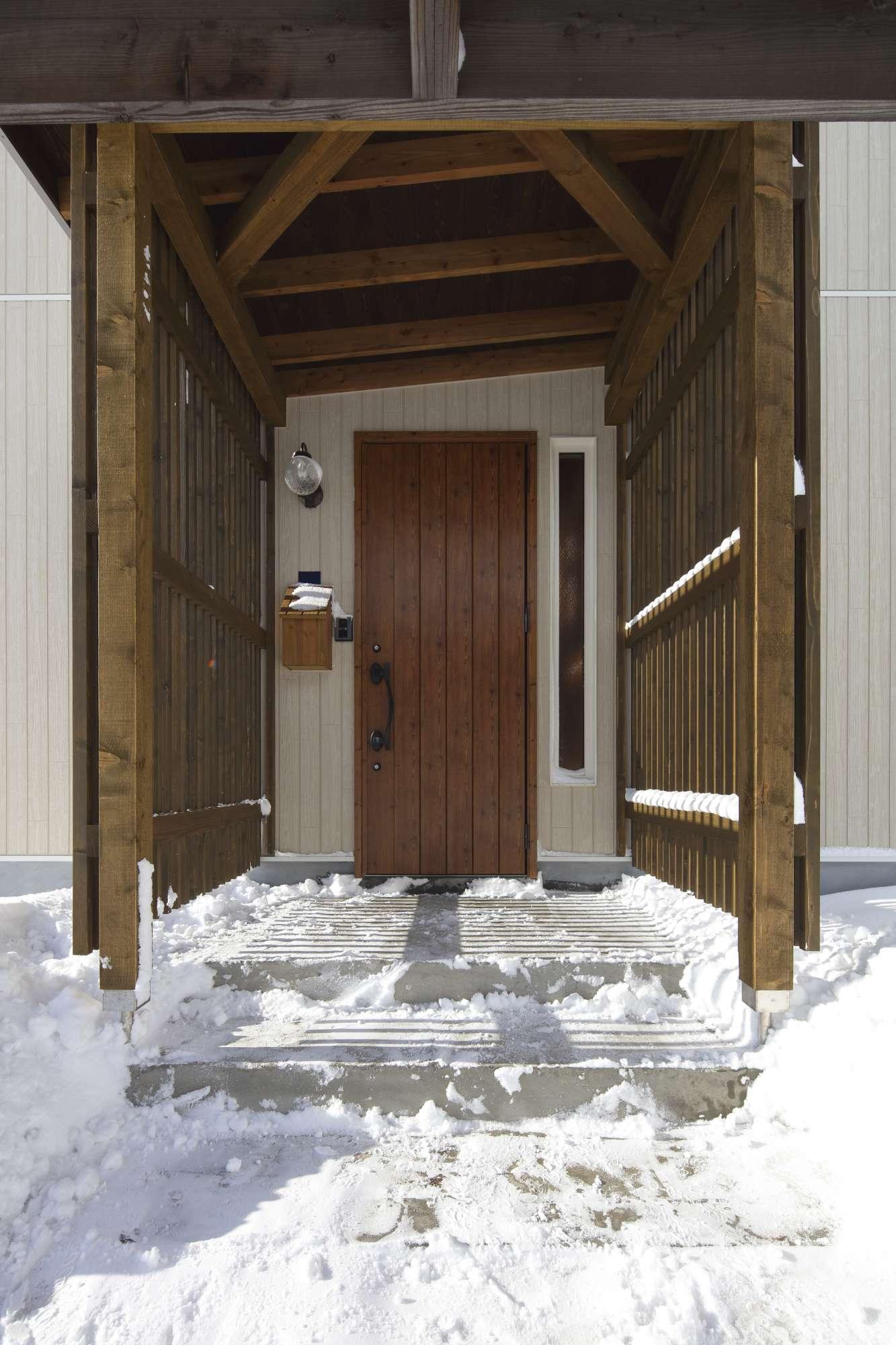 木製のカーポートとつながる玄関ポーチ -  -  -