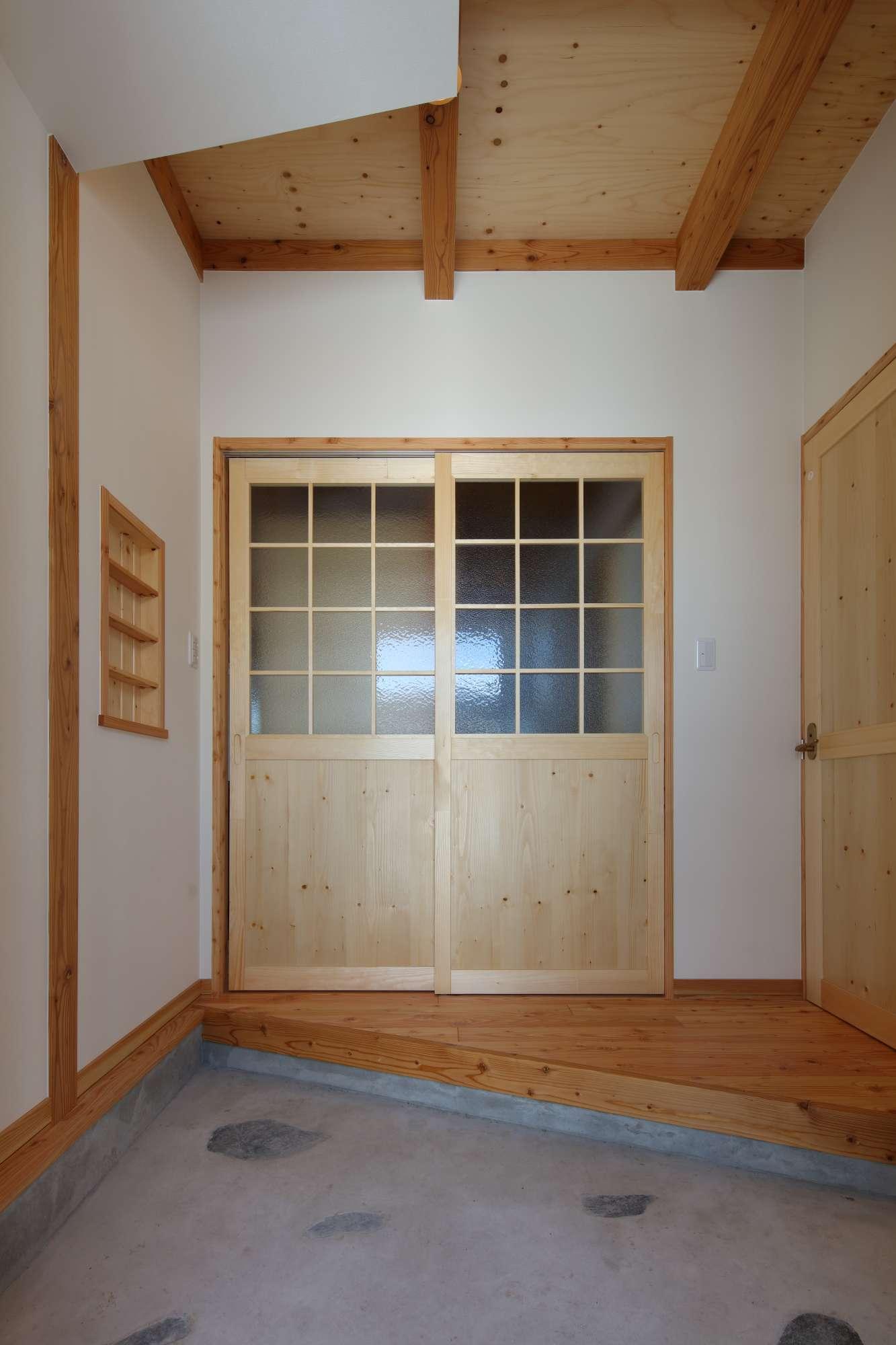 斜めの框をデザインした、和モダンの玄関 -  -  -