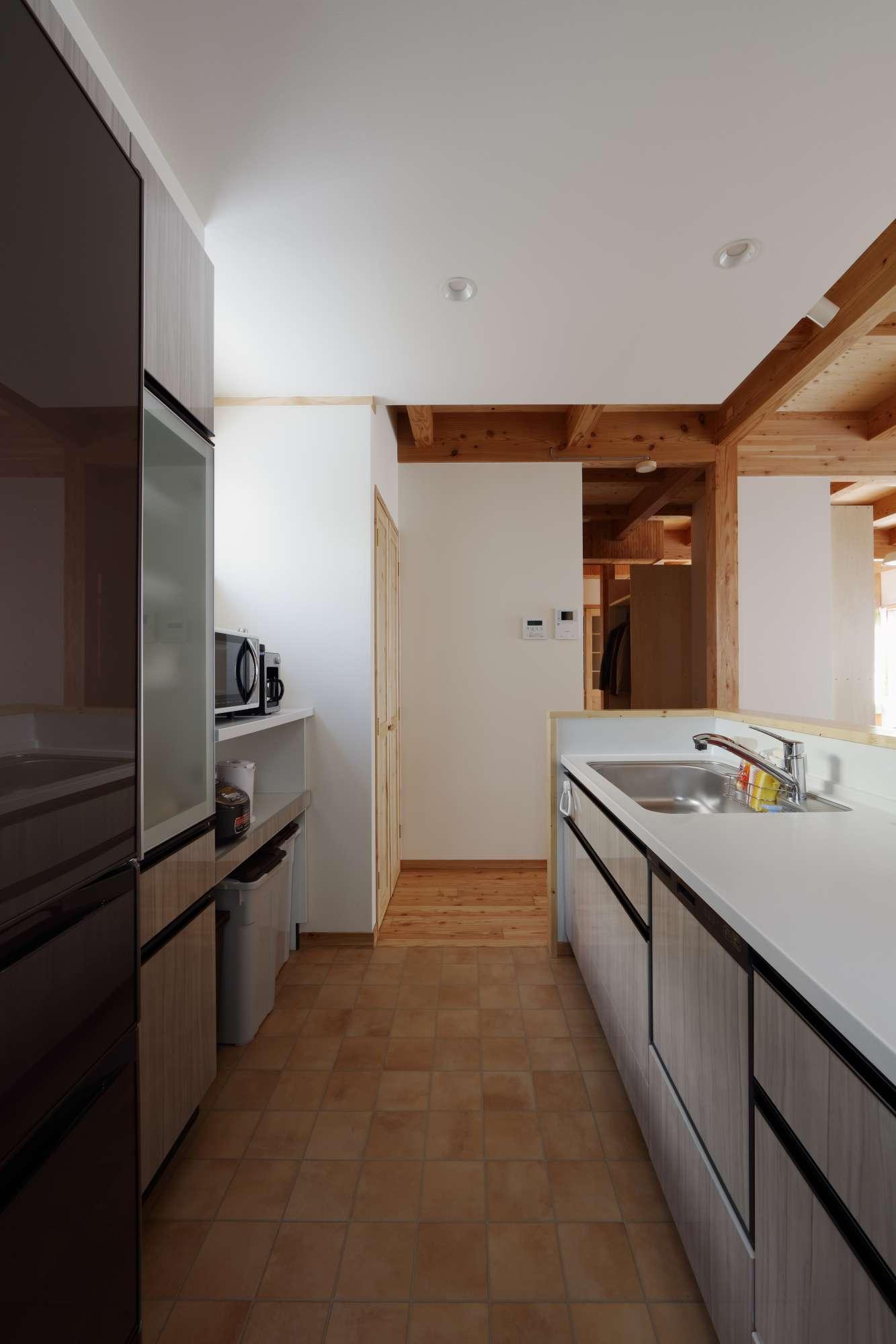タイルの床で掃除がしやすいキッチンスペース、背面収納も充実 -  -  -