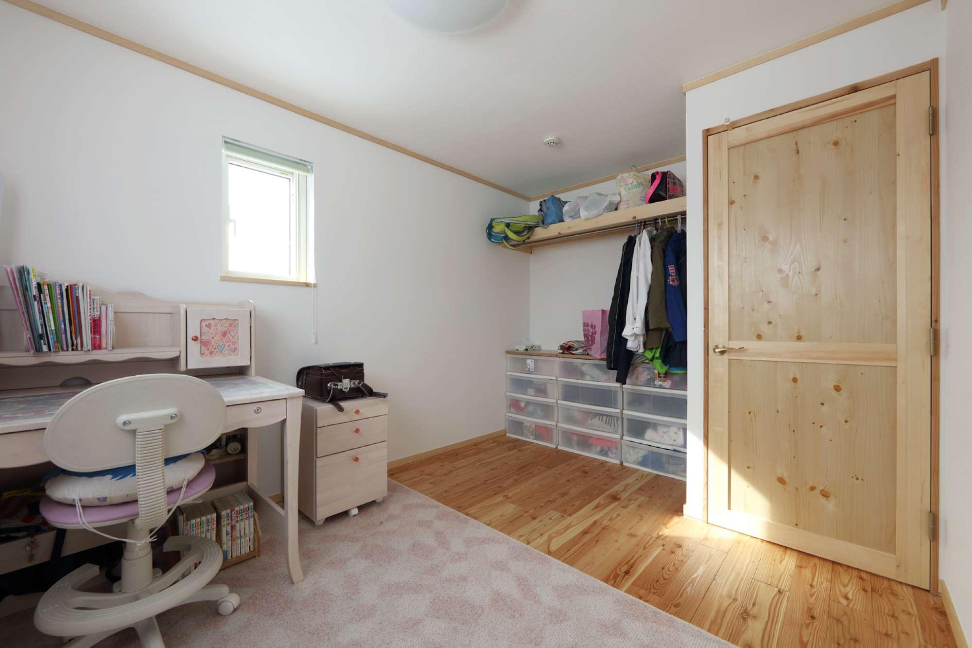 お姉ちゃんの部屋。クローゼットに扉がないぶん空間が広がり、片づけも意識するように。 -  -  -