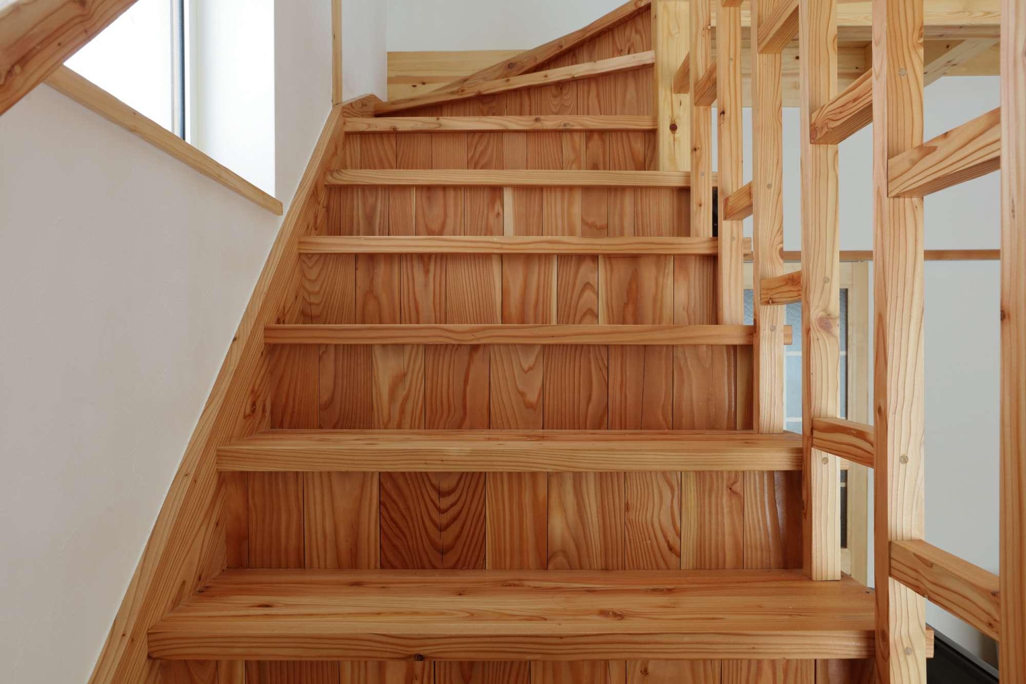ゆっくりと風合いを増す、道産カラマツの造作階段 -  -  -