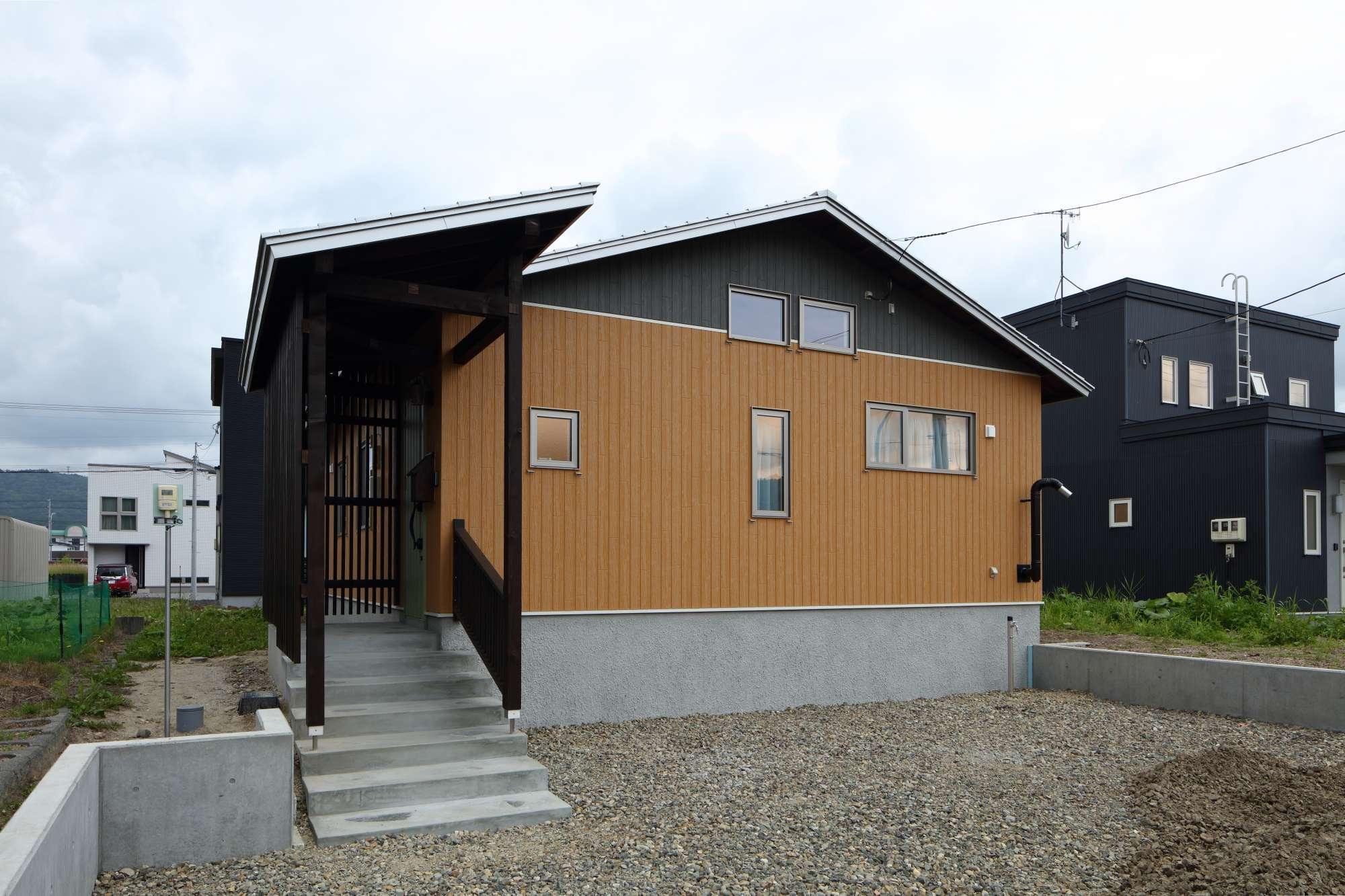 玄関のアプローチは木製の造作ルーバーを使用 -  -  -