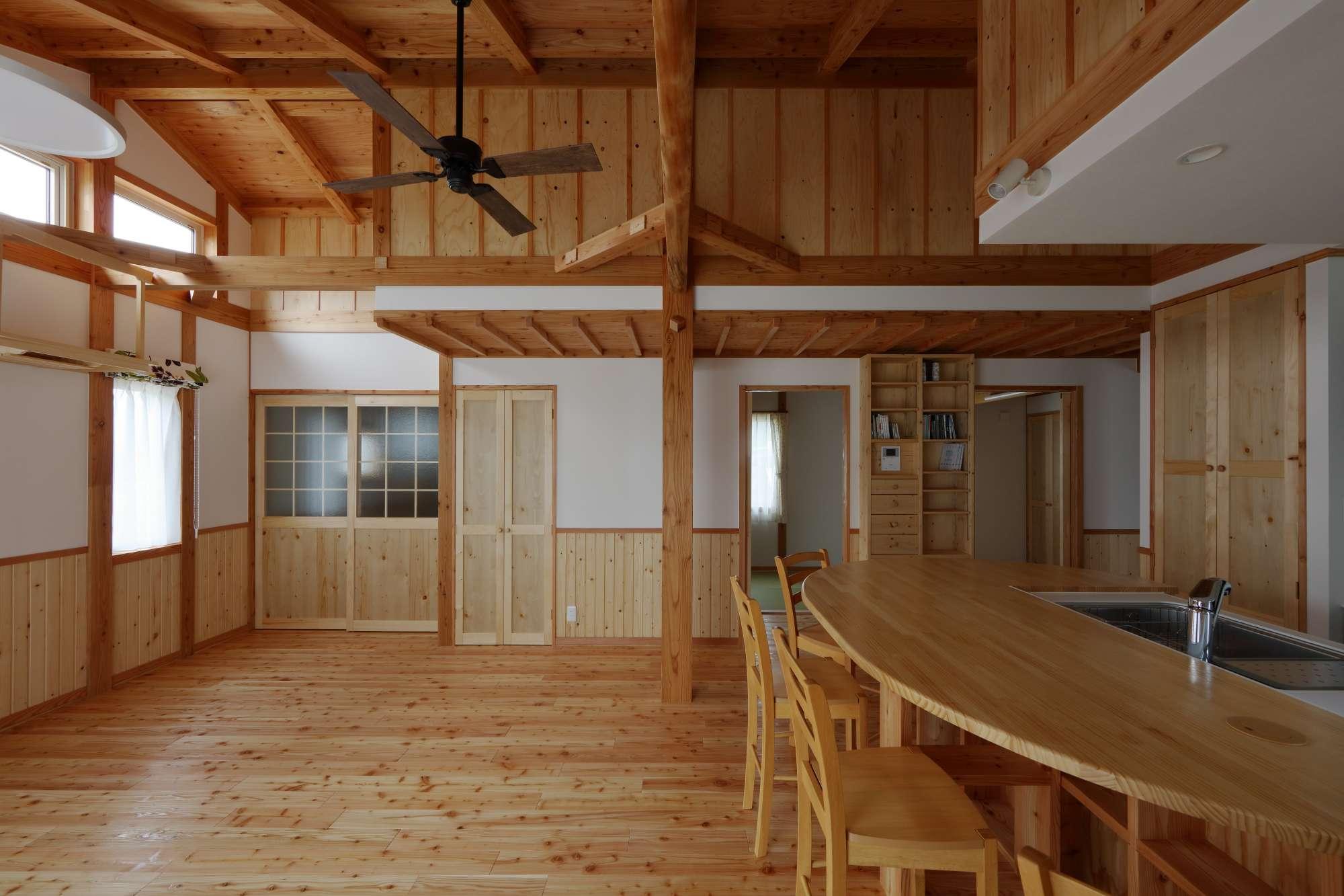 大黒柱が家族の成長をそっと見守る、開放的な平屋 -