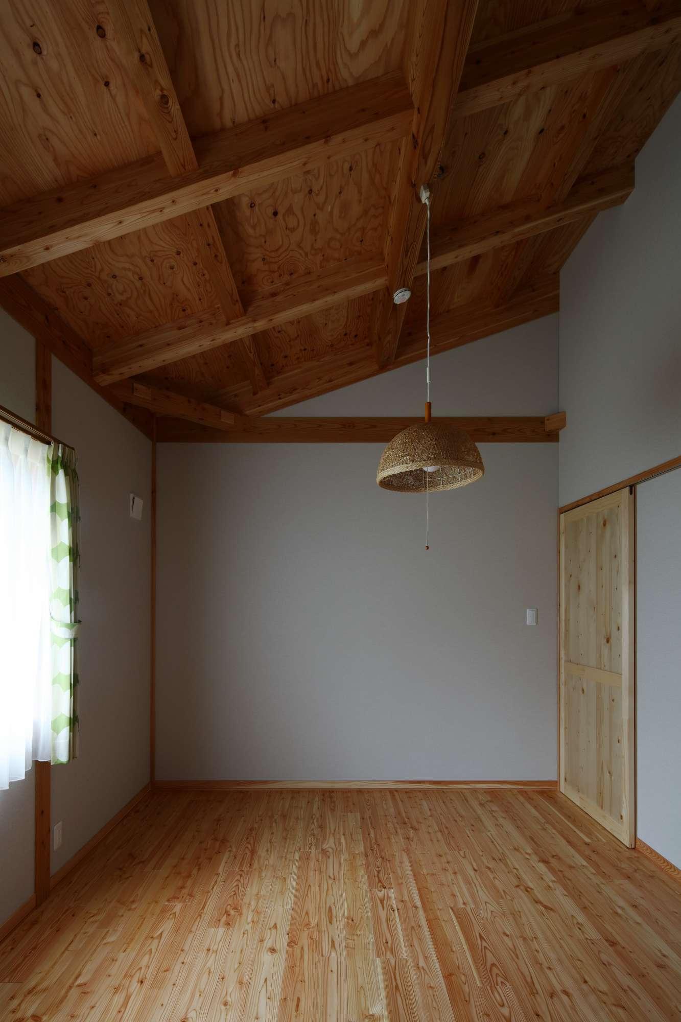 個室も天井は表し仕上。壁は真壁。 -  -  -