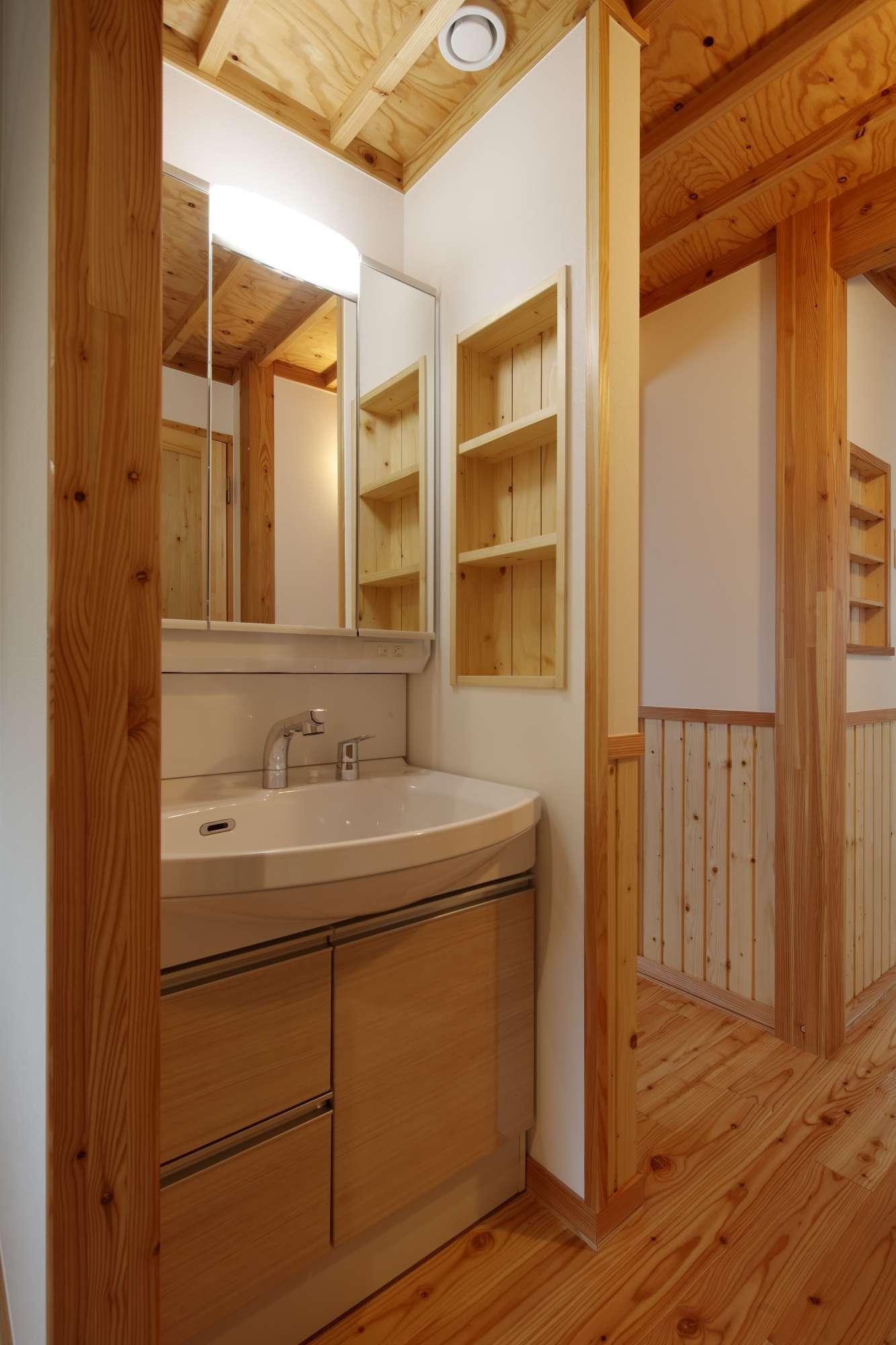 洗面台は独立した空間に設置。 -  -  -