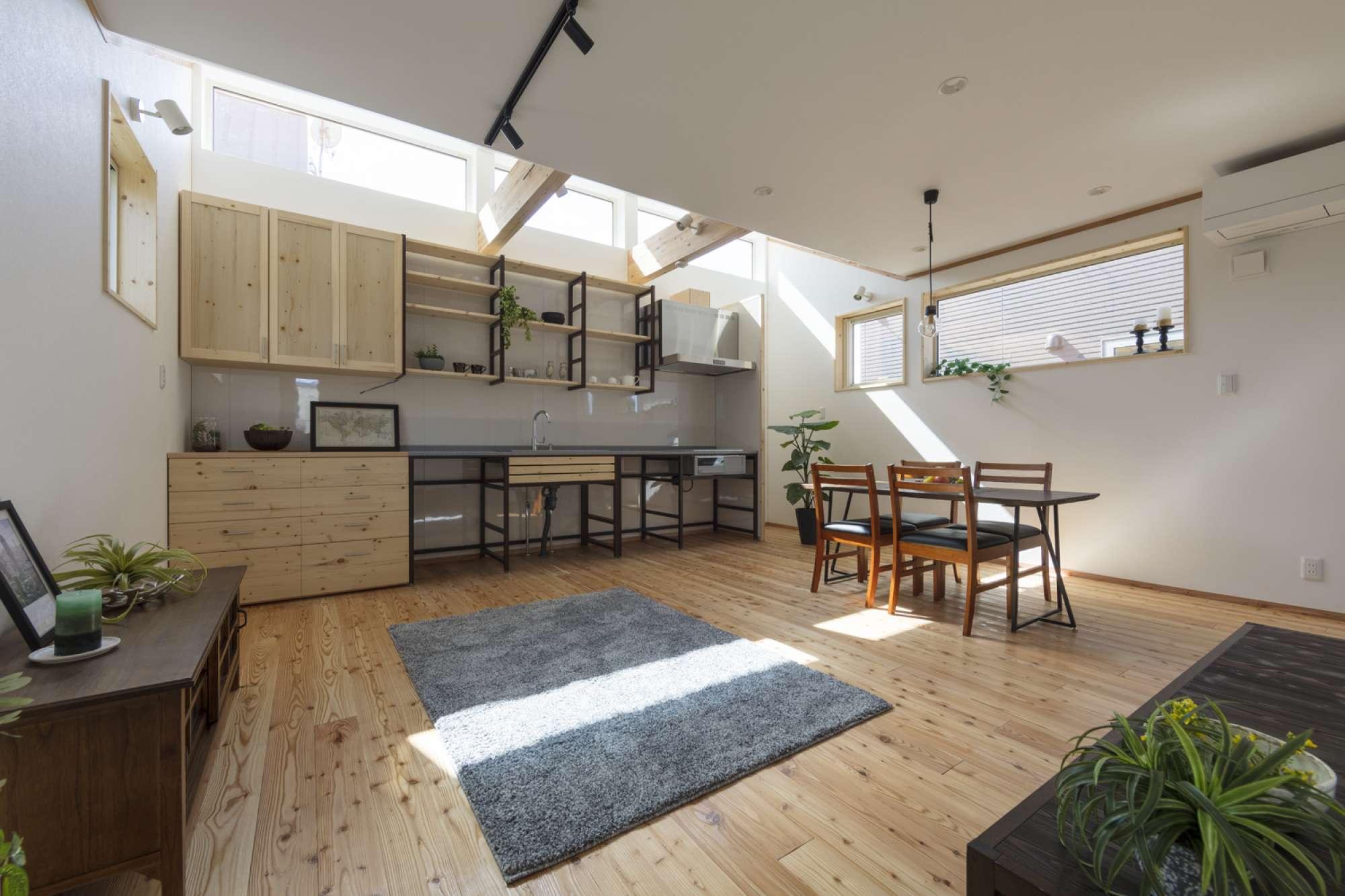 壁一面に造作キッチン、造作食器棚を設置 -  -  -
