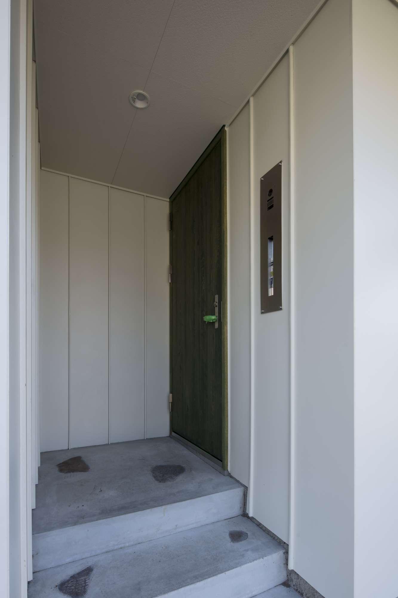 自然石と造作玄関ドアのあるポーチ -  -  -