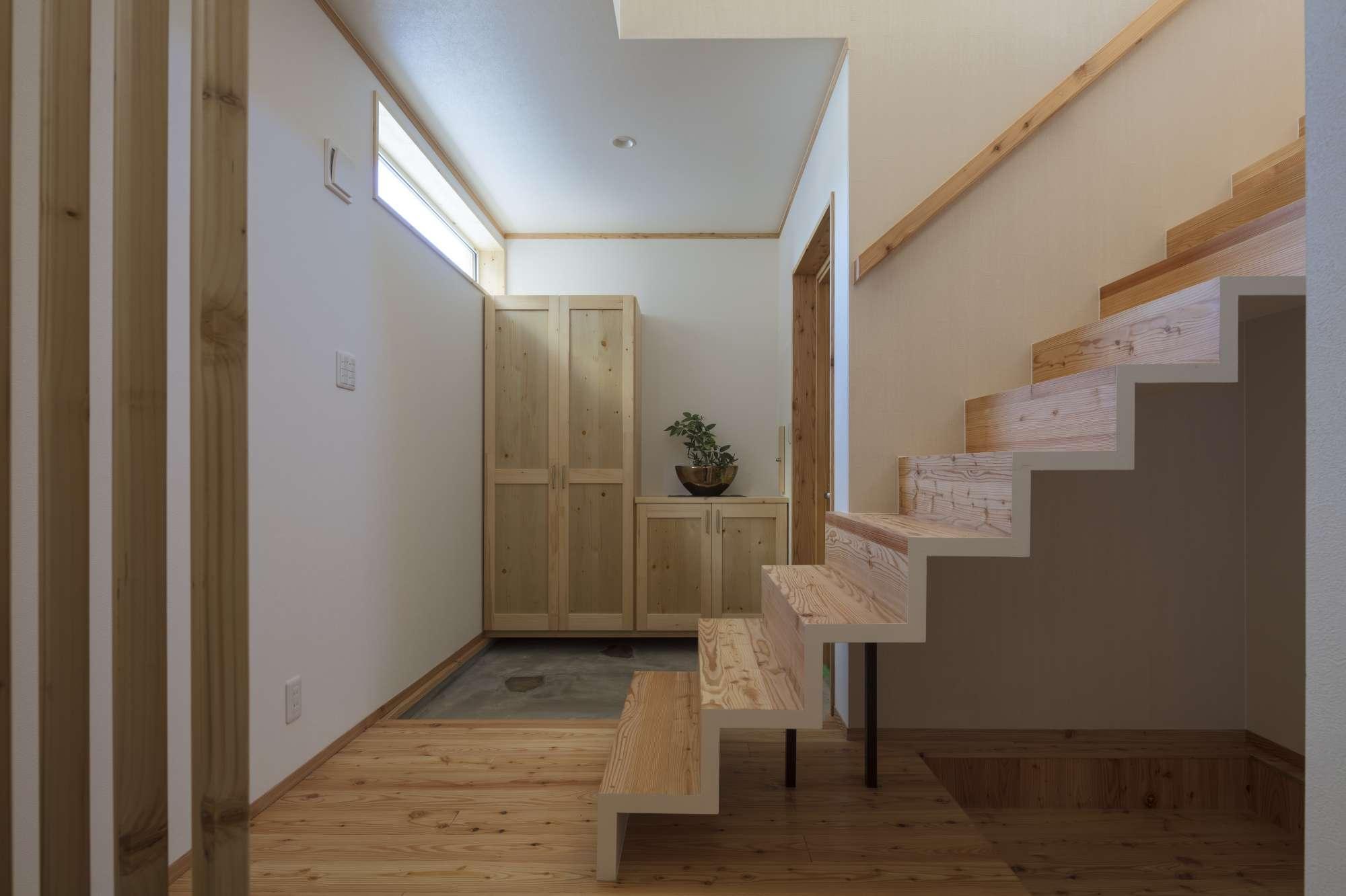 造作下駄箱、造作階段は開放的な空間演出。 -  -  -