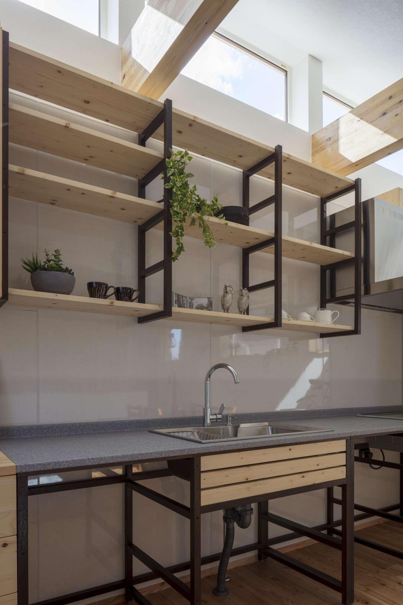 棚を増やしたり、色を変えたり創造力がかきたてられる造作吊戸 -  -  -
