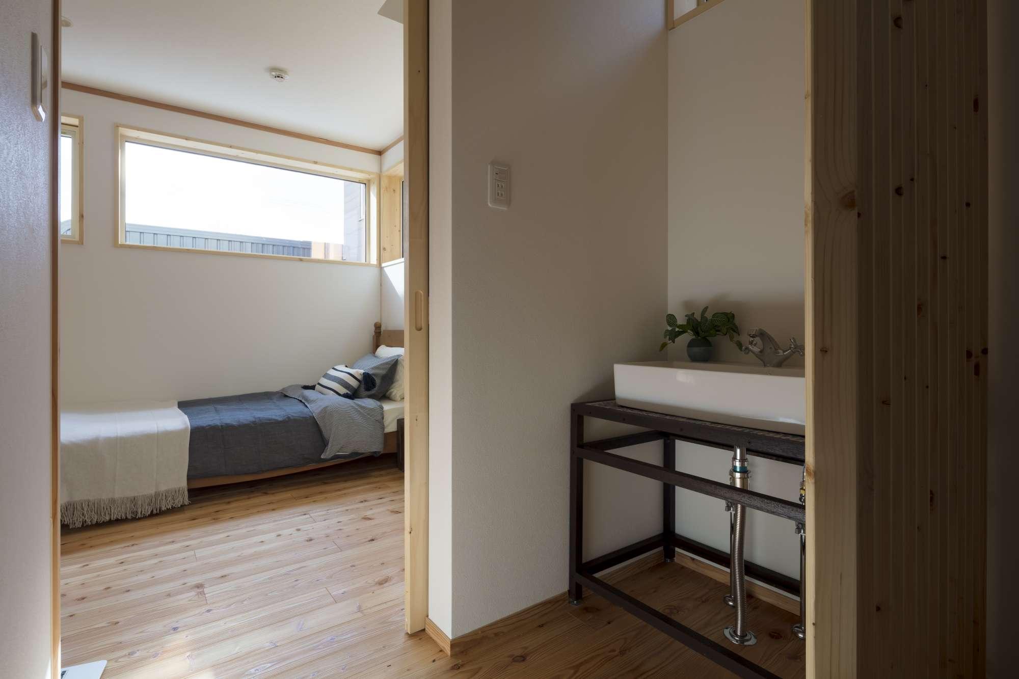 寝室横には造作洗面。 -  -  -