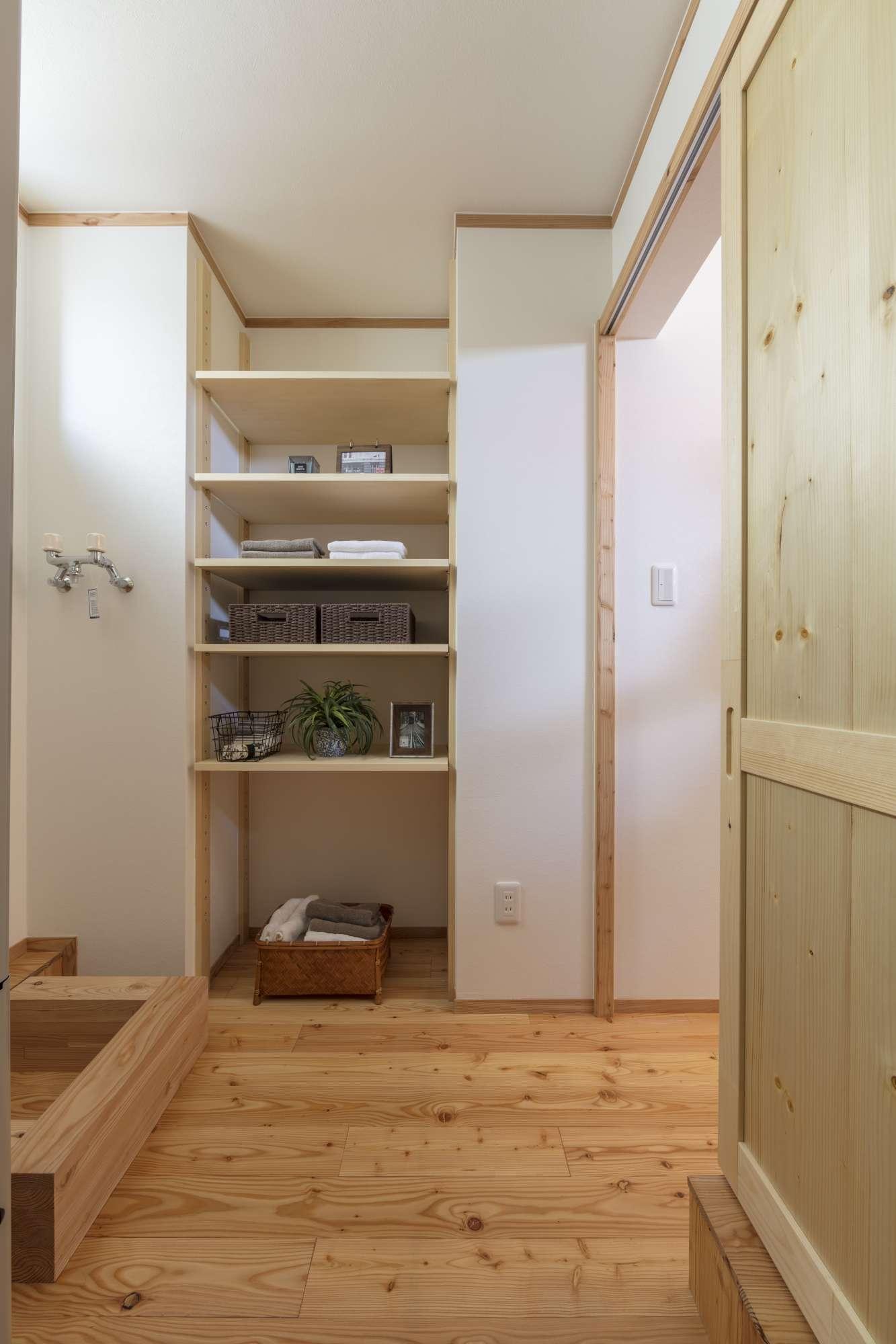 脱衣室にも造作棚を設置。造作家具など木で統一し温もりのある空間。 -  -  -