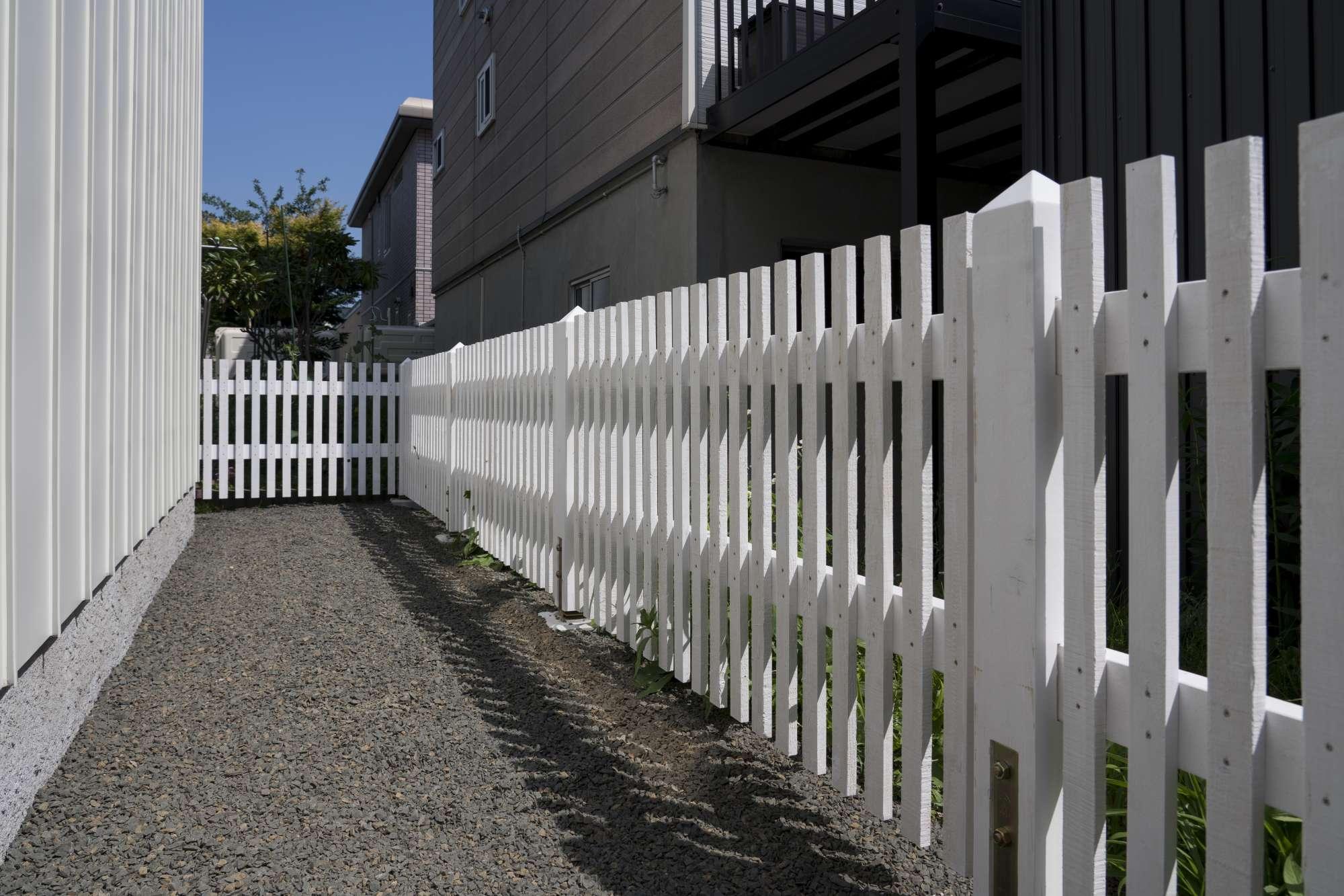 造作フェンス。外壁と同じ白で爽やかな印象 -  -  -