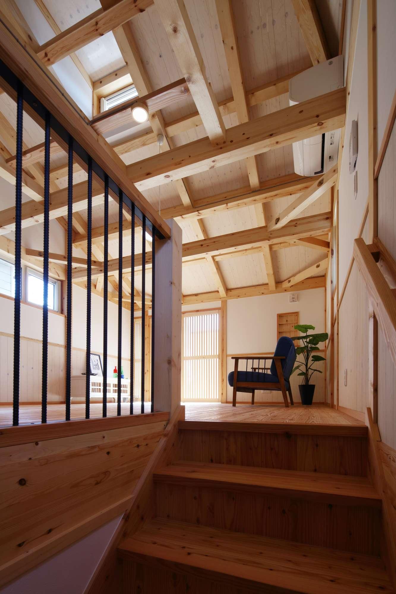 階段を上ると広がる開放的な空間 -  -  -