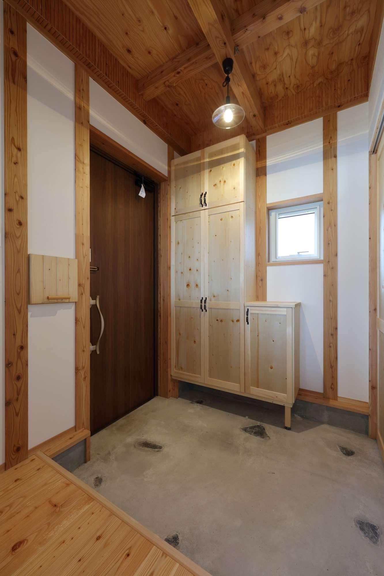 天然石を埋め込んだ玄関には造作下駄箱を設置 -  -  -