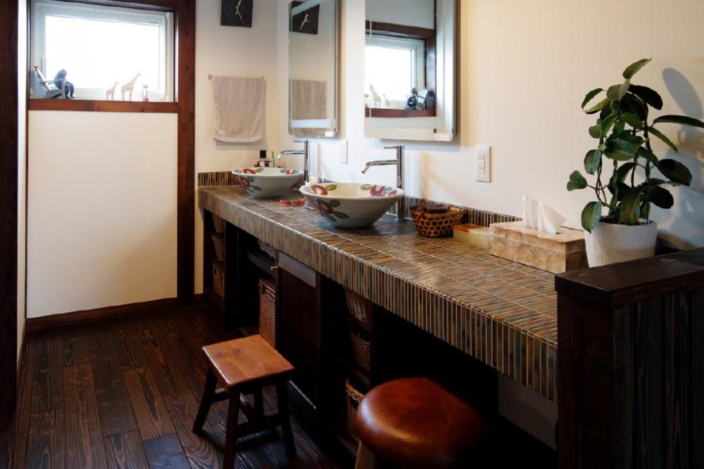 陶器のボウルとタイル装飾の洗面ルーム -  -  -