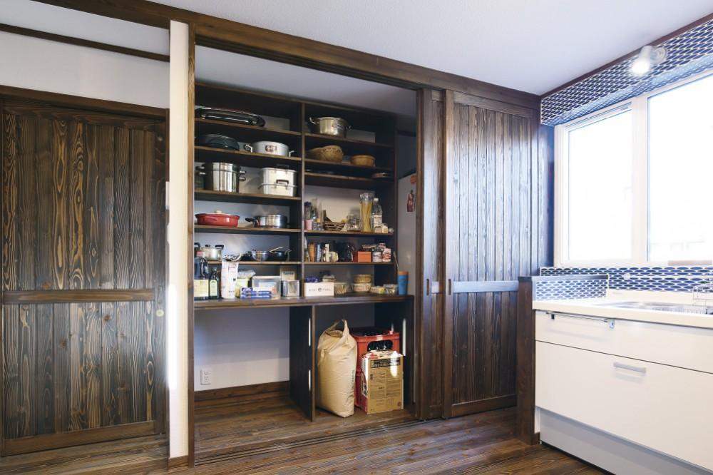 食品庫(パントリー)、右には冷蔵庫を収納 -  -  -
