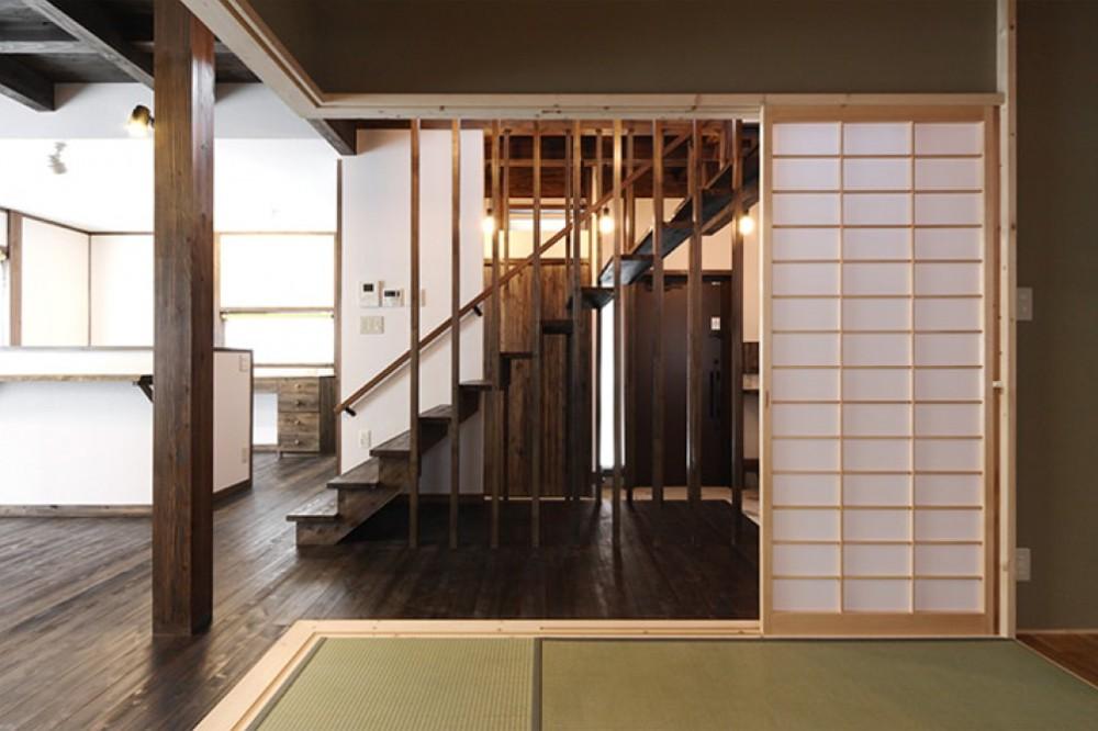 和室から見る木の階段 -  -  -