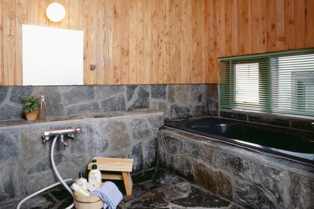 重厚な石組みのお風呂、窓を開けて露店風呂気分に -  -  -